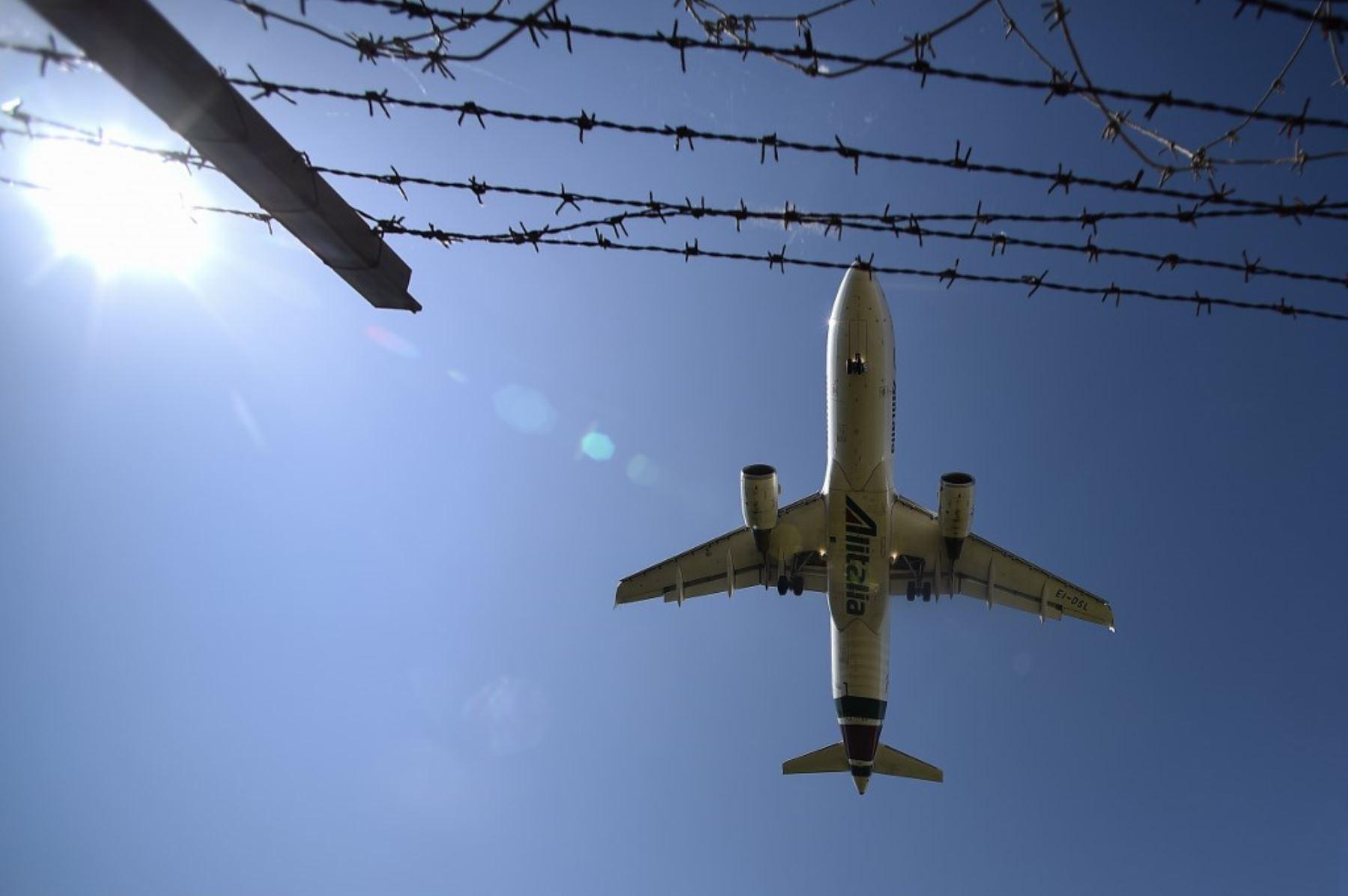 Un avión aterriza en el aeropuerto Fiumicino de Roma el 3 de junio de 2020, a medida que los aeropuertos y las fronteras se vuelven a abrir para que turistas. Foto: AFP