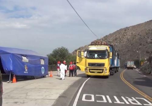 Inspectores de la Dirección Regional de Transportes y Comunicaciones (DRTC) del Gobierno Regional de Cajamarca y Policía Nacional descubrieron a seis personas que intentaron ingresar al departamento de forma clandestina, camuflados en dos camiones que transportaban productos de primera necesidad, provenientes de las ciudades de Lima y Trujillo. Foto: Referencial