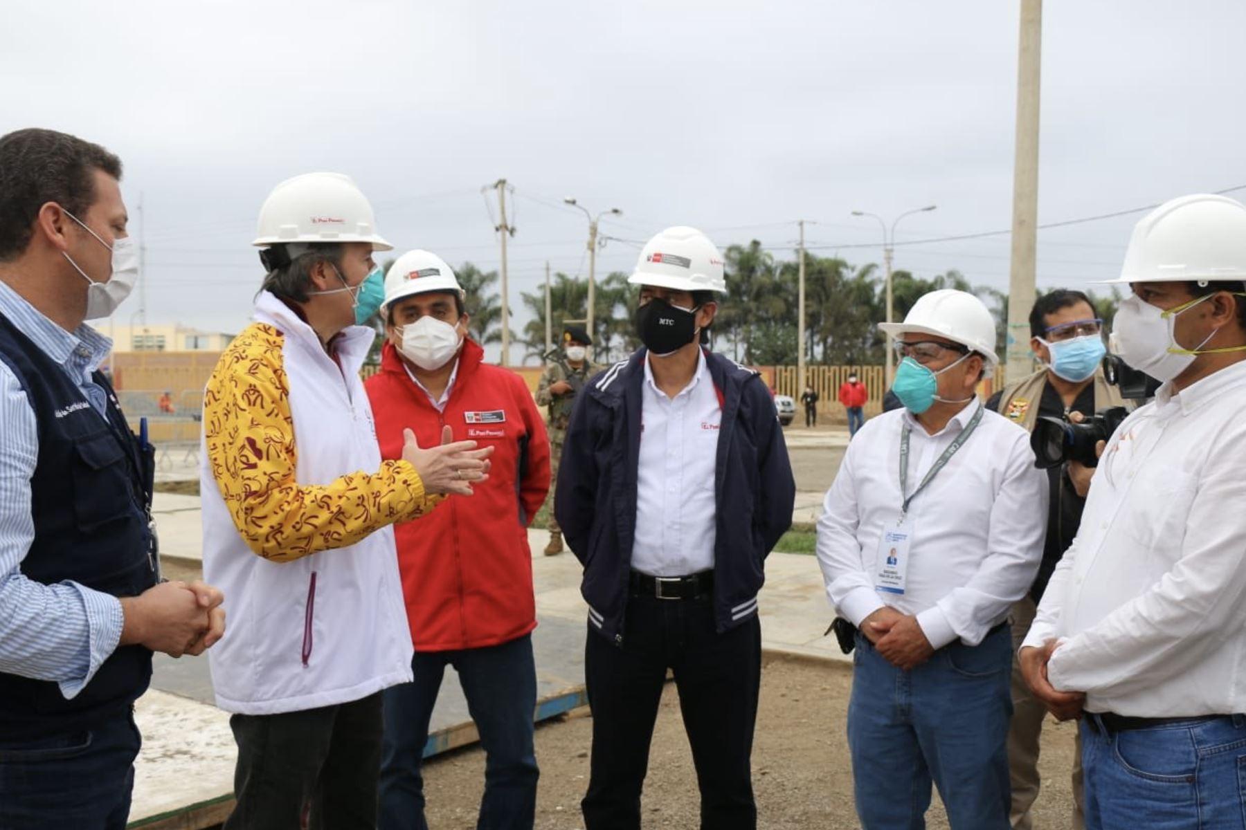 El ministro de Transportes y Comunicaciones, Carlos Lozada, realizó esta mañana una visita de inspección a las obras que se realizan para instalar un hospital móvil en la ciudad de Cañete, como parte de la lucha contra la pandemia del covid-19.