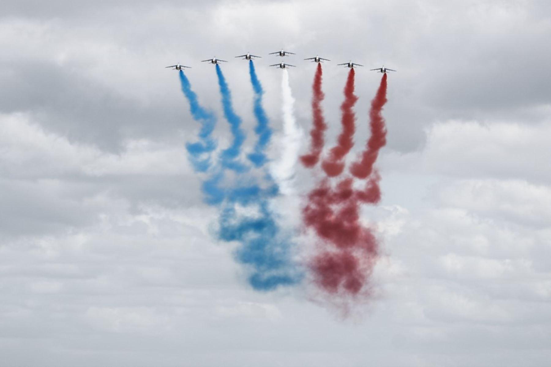 """El equipo de vuelo acrobático de élite francés """"Patrouille de France"""" (PAF) realiza una exhibición de vuelo sobre Vierville-sur-Mer, noroeste de Francia, como parte de las conmemoraciones del Día D de 1994 que marcan el 76 aniversario de los Aliados de la Segunda Guerra Mundial desembarcos en Normandía. Foto: AFP"""