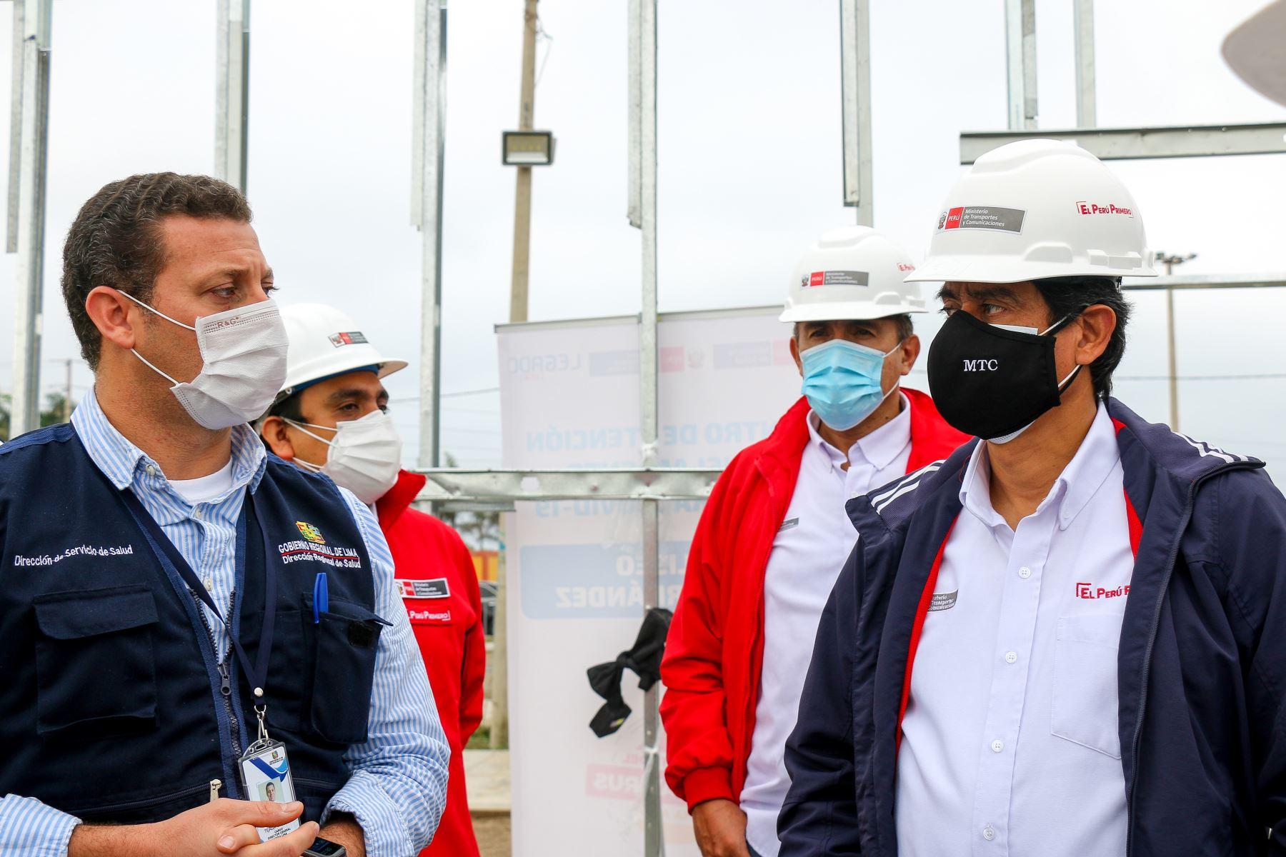 Ministro de Transportes y Comunicaciones, Carlos Lozada, inspeccionó avances de obras del Hospital móvil de Cañete que atenderá a personas afectadas por coronavirus en la región. Foto: ANDINA/MTC