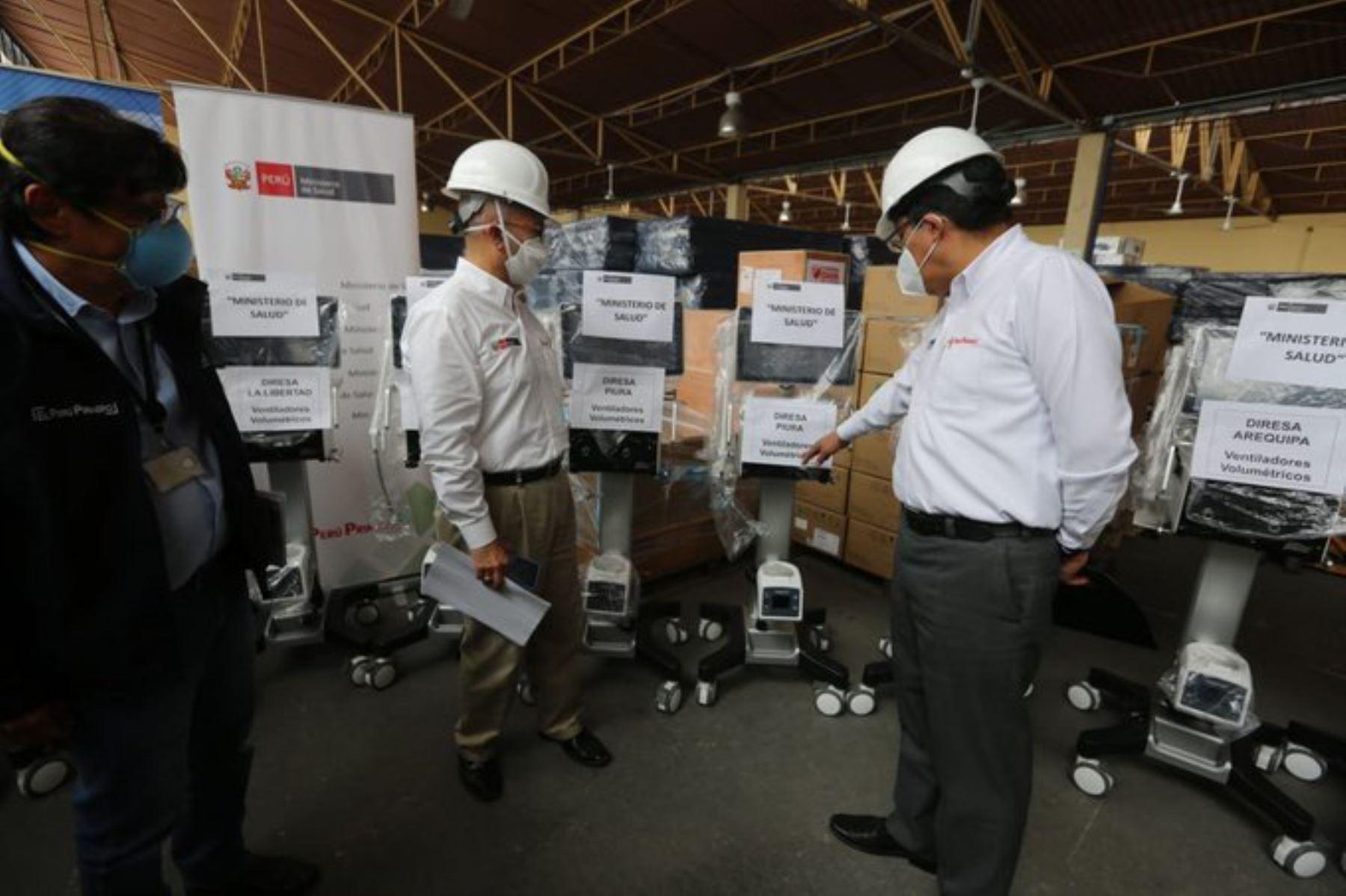 El ministro Salud Víctor Zamora y el Premier, Vicente Zeballos, presentaron 50 ventiladores mecánicos que serán distribuidos en Lima, Piura, Trujillo, Áncash, Ica, Arequipa y Cusco. Foto: ANDINA/Difusión