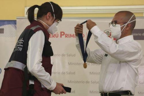 Coronavirus: ministro de Salud condecora a médicos chinos que colaboraron en la lucha contra el covid-19