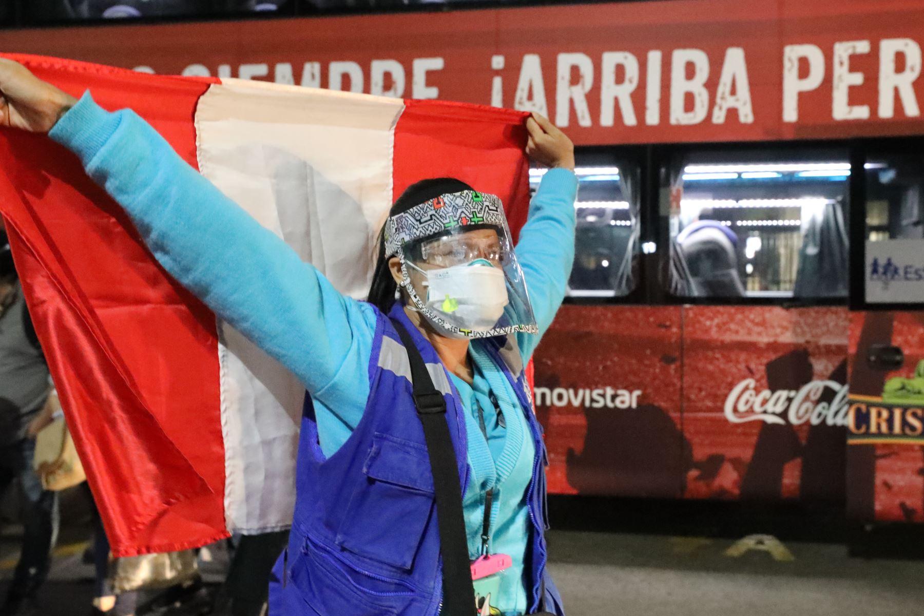 Profesionales de la Salud retornan a Lima tras 26 días de lucha intensa contra el covid-19 en Loreto.