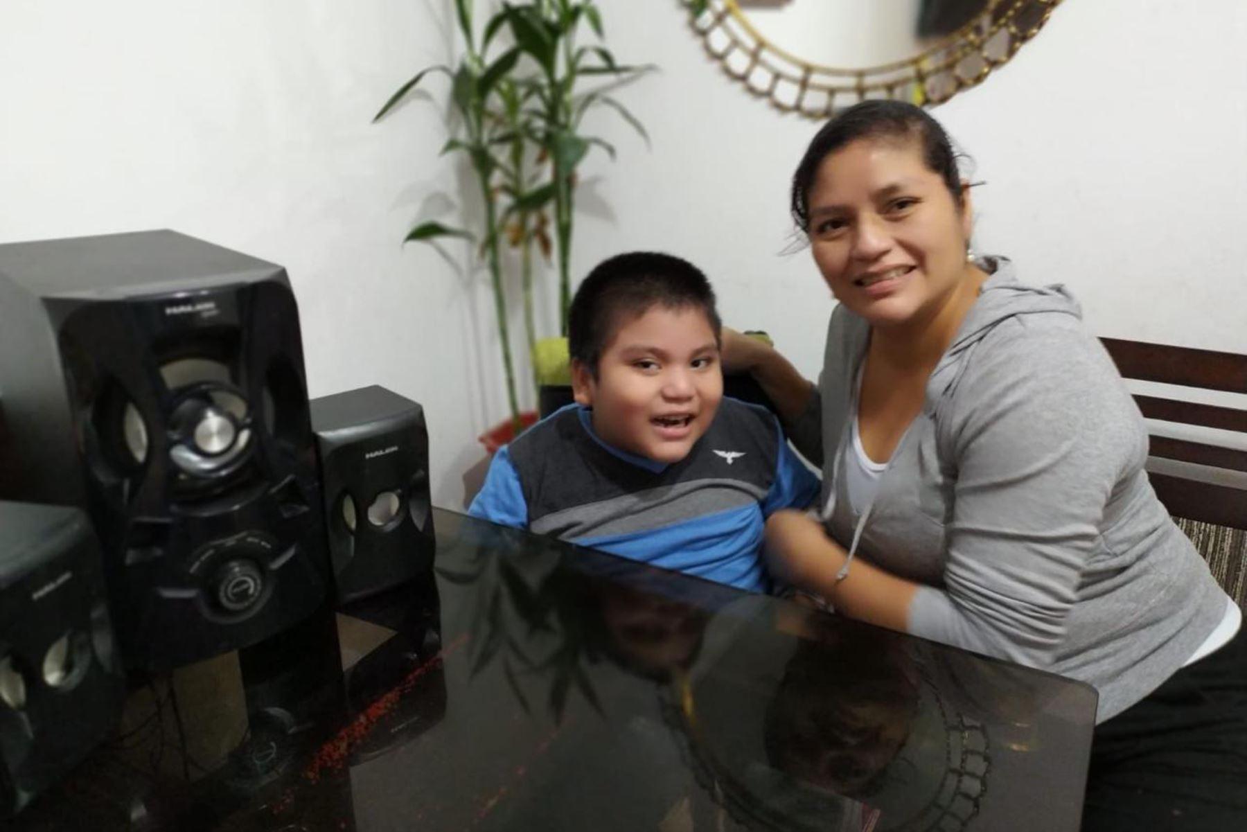Benjamín, al lado de su madre Alicia Trujillo, es uno de los escolares con necesidades educativas especiales asociadas a discapacidad que se beneficia con el programa Aprendo en Casa. Foto: ANDINA/Minedu