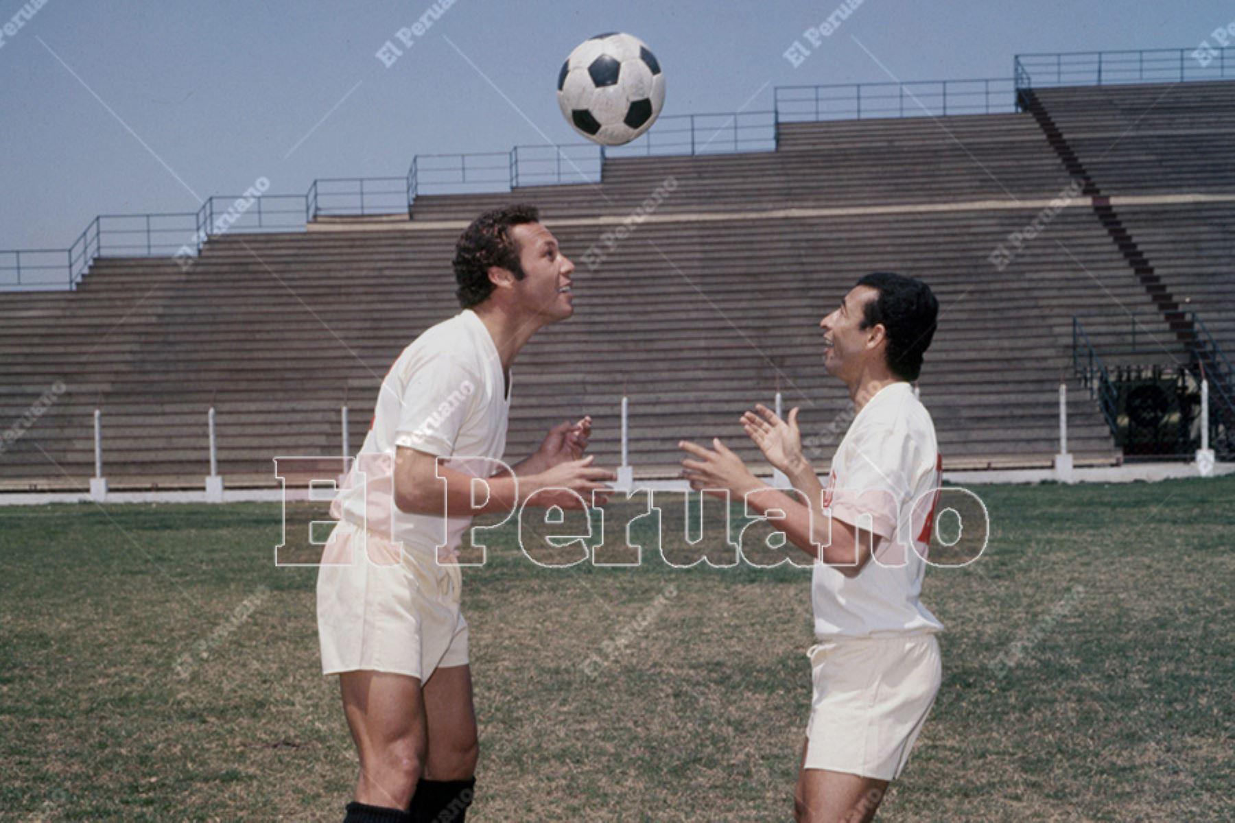 Lima _ Década 1970. Enrique Casaretto (iz); delantero de Universitario de Deportes. Foto: Archivo Histórico de El Peruano