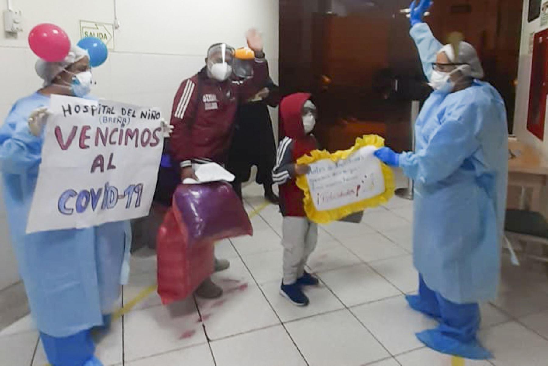 Dos pequeños, diagnosticados con covid-19 y el síndrome de Kawasaki, fueron dados de alta del Instituto Nacional de Salud del Niño de Breña. Foto: ANDINA/INSN-Breña