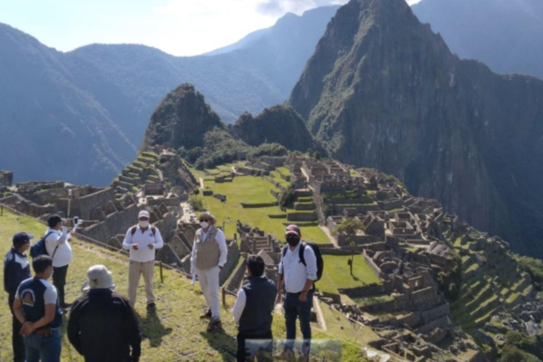 La ciudadela incaica de Machu Picchu recibirá solo 675 visitantes nacionales y extranjeros por día, 75 por hora incluidos los guías turísticos, desde el próximo 1 de julio, fecha en la que está prevista la reanudación de la atención a los visitantes, informó el gobernador regional de Cusco, Jean Paul Benavente García.