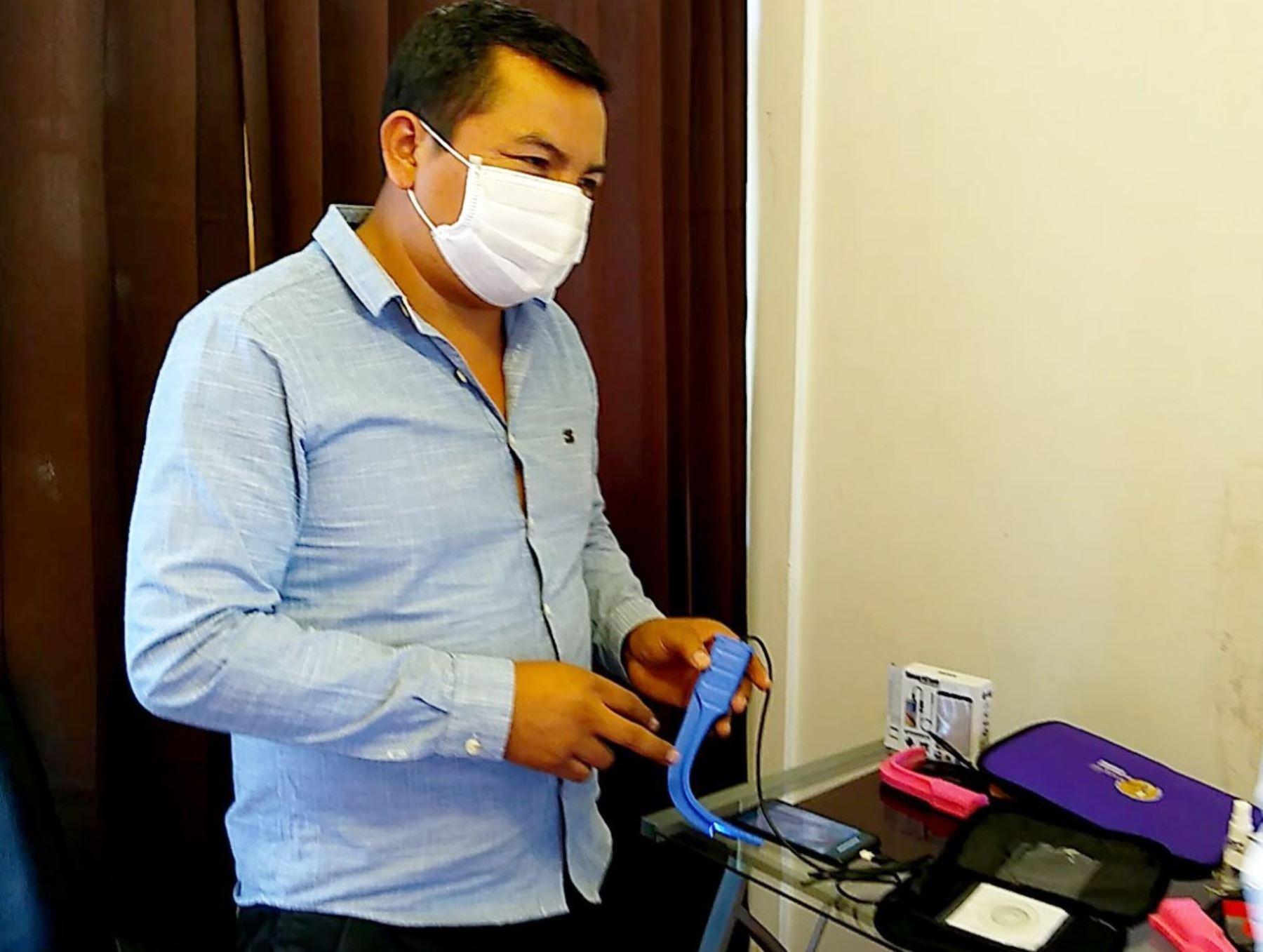 El médico anestesiólogo huancaíno, David Bernabé, creó un videolaringoscopio portátil que evita el contagio de coronavirus. Su invento fue uno de los ganadores del concurso organizado por Indecopi. Foto: Pedro Tinoco