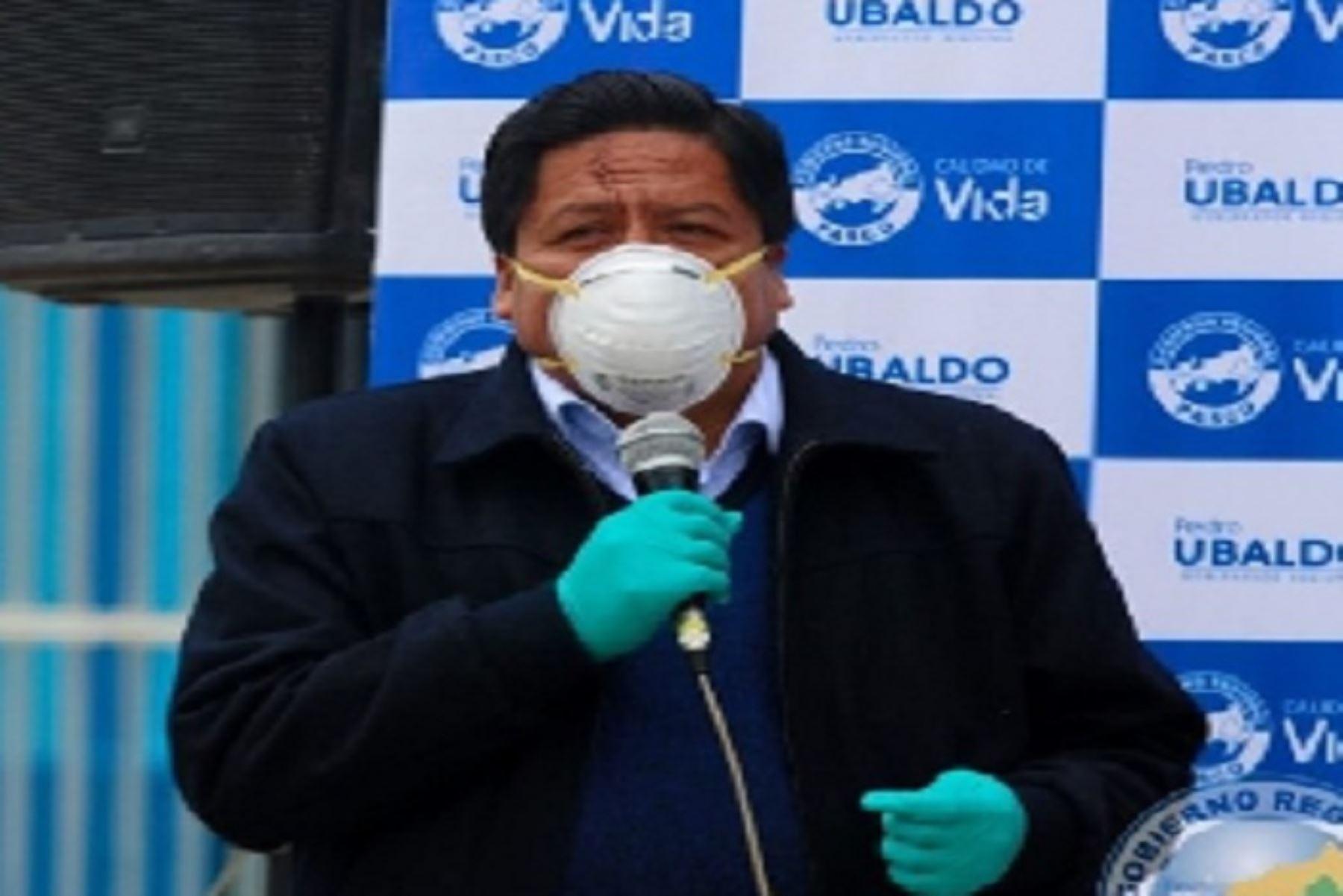 La autoridad regional se contagió cuando cumplía funciones, ya que él estaba viajando a Lima y otros lugares permanentemente para tratar el avance de las medidas para contener la enfermedad.