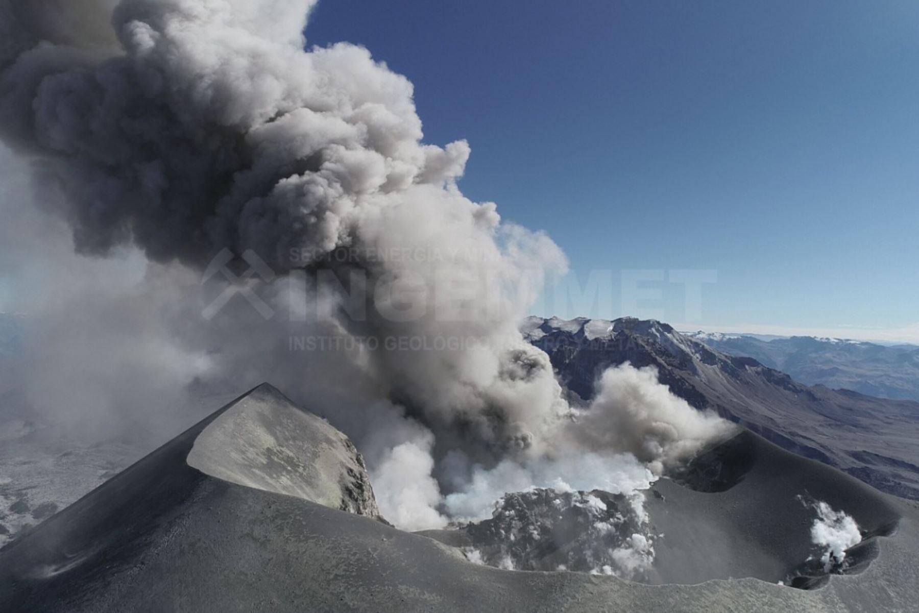 Al menos ocho distritos del Valle del Colca, en la provincia arequipeña de Caylloma, resultaron afectados por las emisiones de ceniza del volcán Sabancaya, producidas esta mañana, informó el Centro Nacional de Vulcanología del Instituto Geofísico del Perú (IGP). ANDINA/difusión