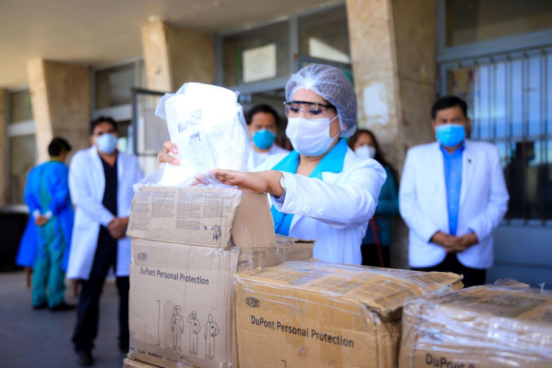 La empresa minera Cerro Verde y la ONG Corvida donaron mascarillas KN 95, lentes y buzos de protección, protectores de botas y guantes descartables. Foto: ANDINA/Difusión