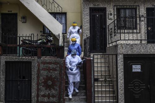 Los trabajadores de la salud son fotografiados durante una prueba aleatoria en el barrio de Santa Cruz en Medellín, Colombia. Foto: AFP