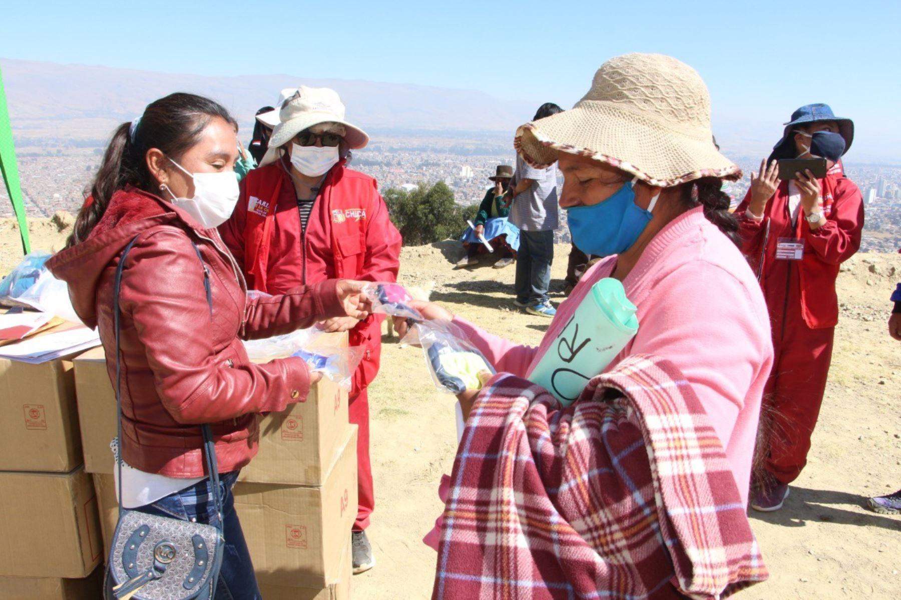 Huancayo. Entregan mascarillas para covid-19 a población en situación vulnerable en el distrito de Chilca.