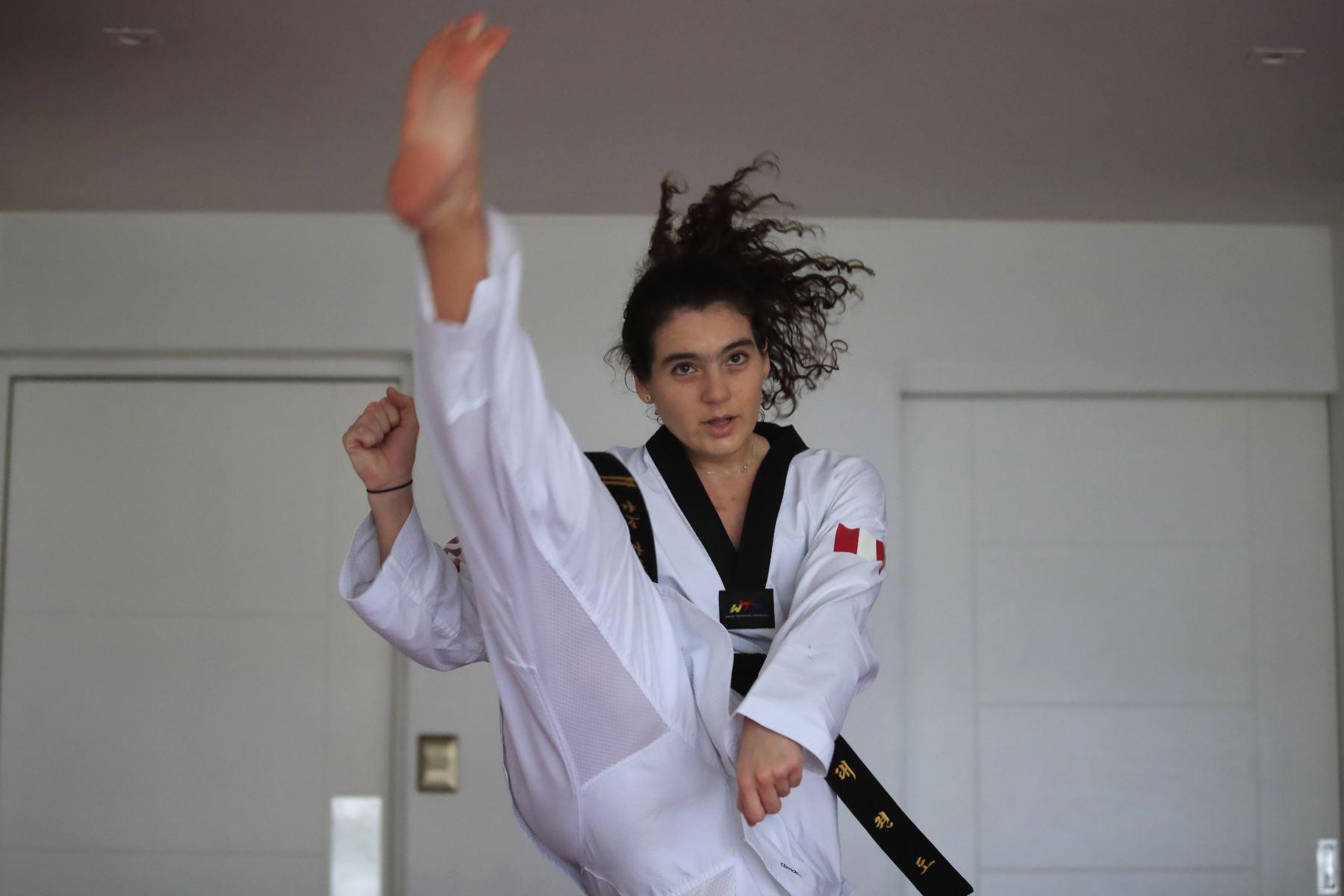 Aittana Moya, deportista practicante de Taekwondo realiza sus entrenamientos de alta competencia en la sala de su departamento. Debido a la cuarentena impuesta por el Estado para evitar contagios de covid-19 muchos deportistas han adecuado su viviendas como centro de preparación para no perder el ritmo competitivo.  Foto: ANDINA / Juan Carlos Guzmán Negrini