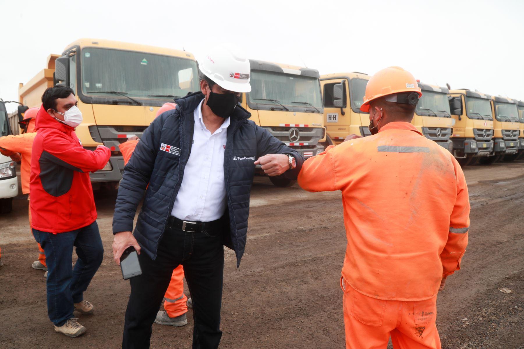 Como parte de las medidas, las herramientas son desinfectadas, los obreros deben utilizar mascarillas, se entrega alcohol gel y se mantiene el distanciamiento social. Foto: MTC