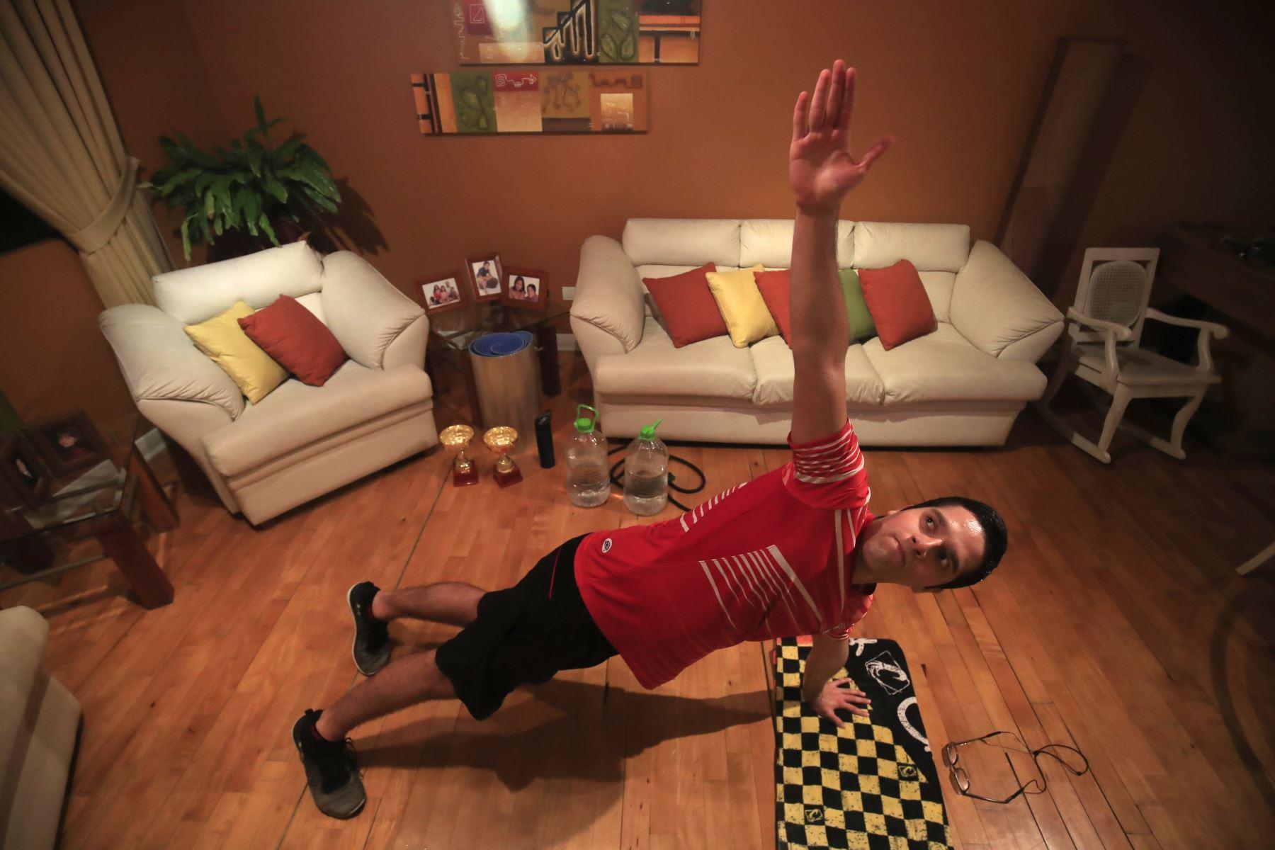 Rodrigo Ramírez deportista modalidad natación en aguas abiertas realiza ejercicios de alta intensidad en la sala de su casa. Debido a la cuarentena impuesta por el Estado para evitar contagios de covid-19 muchos deportistas han adaptado sus viviendas como centro de preparación para no perder el ritmo competitivo.  Foto: ANDINA / Juan Carlos Guzmán Negrini