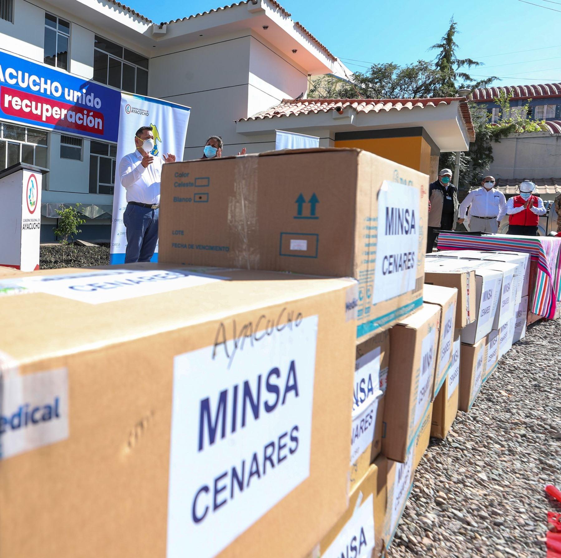 El premier Vicente Zeballos junto al ministro de Salud, Víctor Zamora, recorren las instalaciones del hospital de Emergencia COVID en Ayacucho y hacen entrega de equipos de protección, 5000 pruebas moleculares, y 4 ventiladores mecánicos que reforzarán el sistema de salud de la región. Foto: ANDINA/PCM
