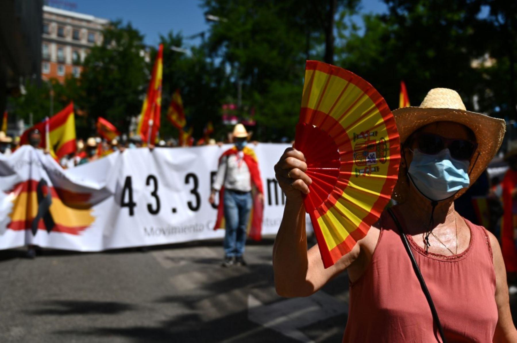 Los manifestantes marchan durante una manifestación en Madrid el 27 de junio de 2020 para pedir la renuncia del primer ministro y contra la gestión del gobierno de la crisis de salud debido al nuevo coronavirus. Foto: AFP