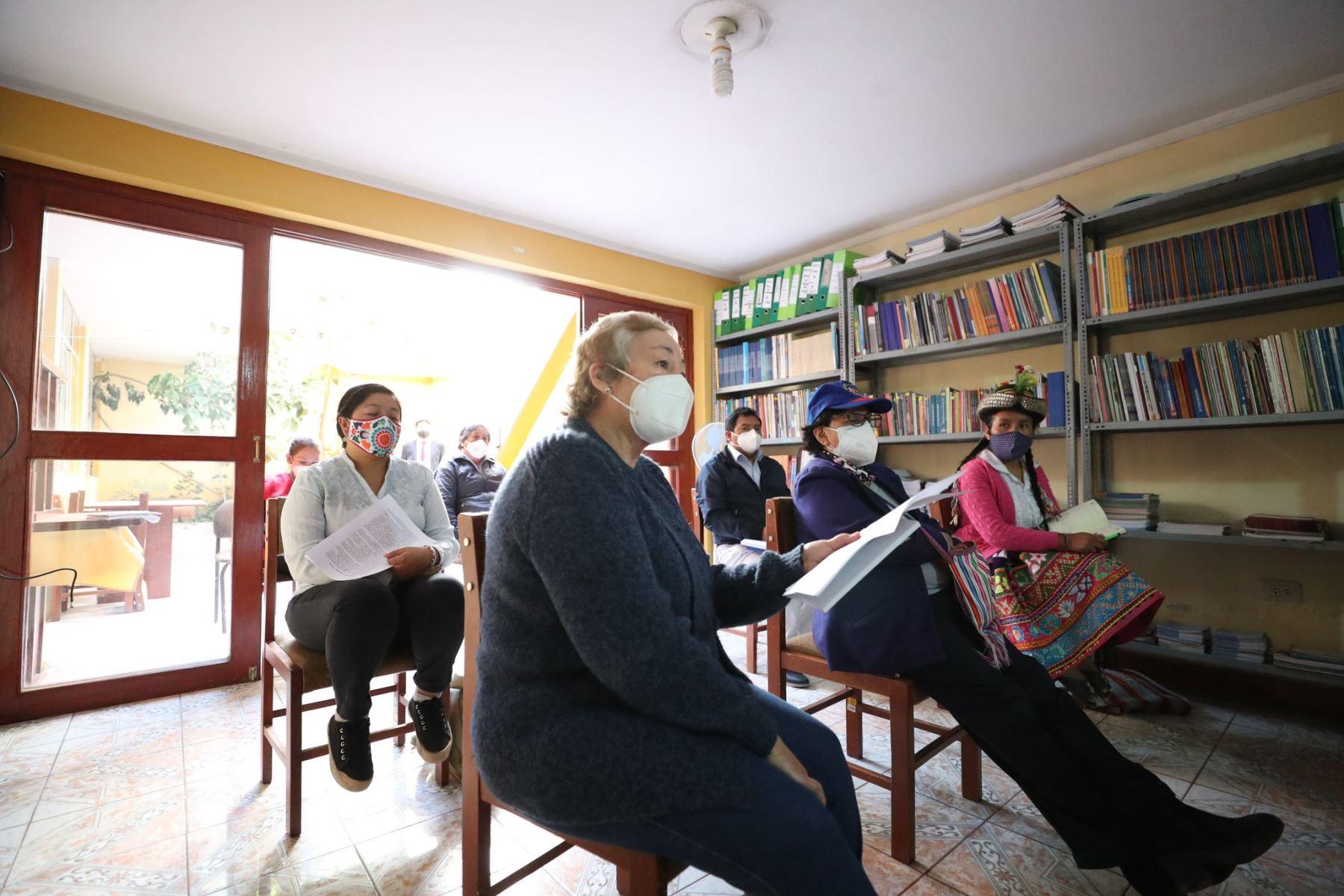 Para coordinar acciones en beneficio de las poblaciones vulnerables de la región ante el Covid-19, el premier Vicente Zeballos y la ministra de la Mujer, Gloria Montenegro, sostuvieron una reunión con los representantes de la Mesa de Concertación para la Lucha contra la Pobreza, en Ayacucho. Foto: ANDINA/PCM