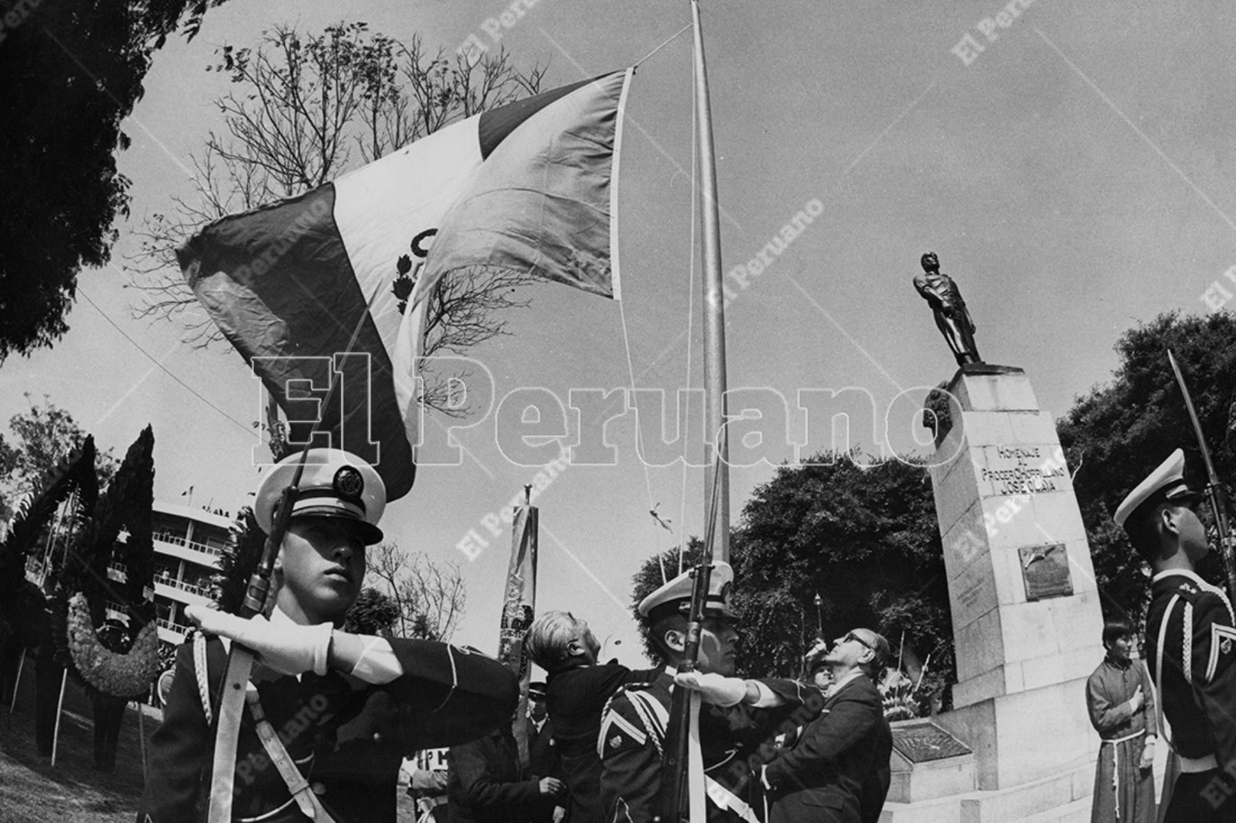 Lima - 29 junio 1975 / Las Fuerzas Armadas rinden homenaje al procer chorrillano José Olaya.   Foto: Archivo Histórico de El Peruano / Rolando Ángeles