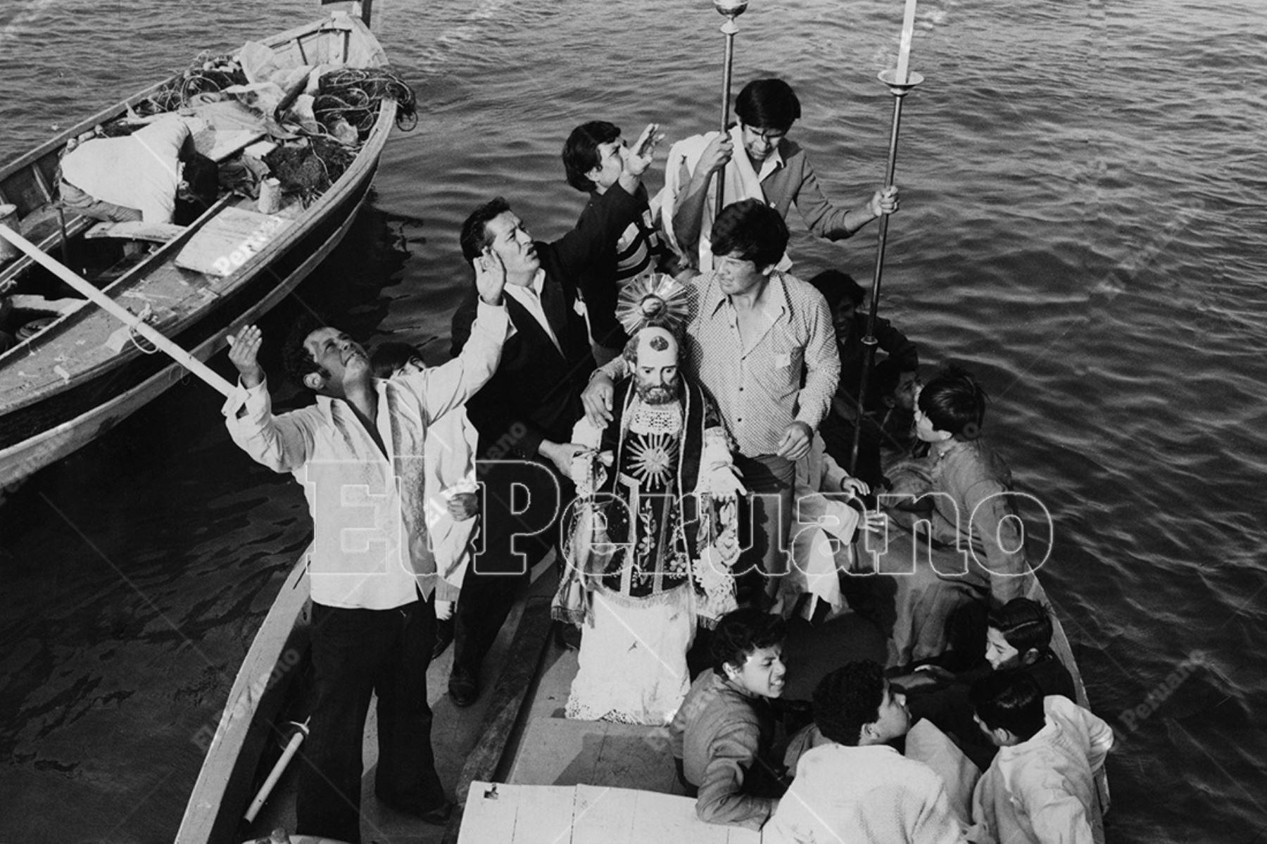 Chorrillos - 29 junio 1975  /  Procesión de San Pedro y celebración del Día del Pescador en el mar de Chorrillos.    Foto: Archivo Histórico de El Peruano / Bernabé Wong