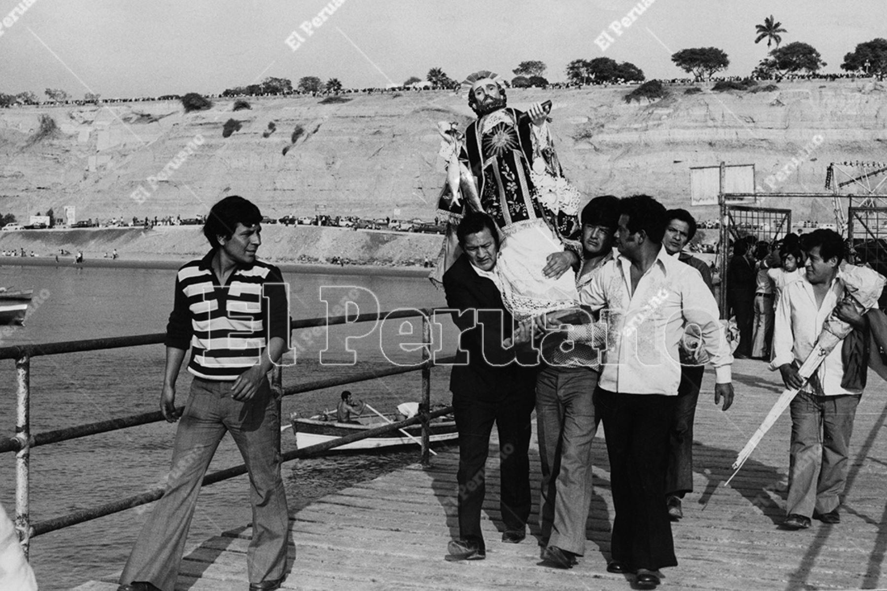 Chorrillos - 29 junio 1975  / Pescadores llevan la imagen de San Pedro en Chorrillos.    Foto: Archivo Histórico de El Peruano / Bernabé Wong