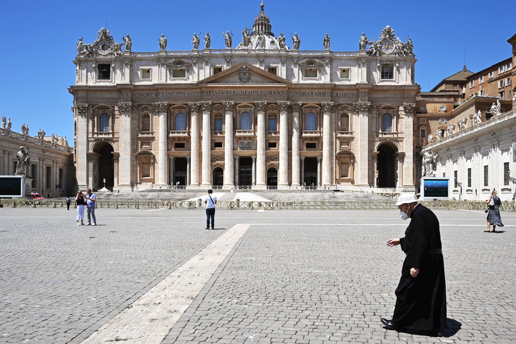 Un sacerdote se va después de la oración Angelus del Papa Francisco en la Plaza de San Pedro en el Vaticano. Foto: AFP