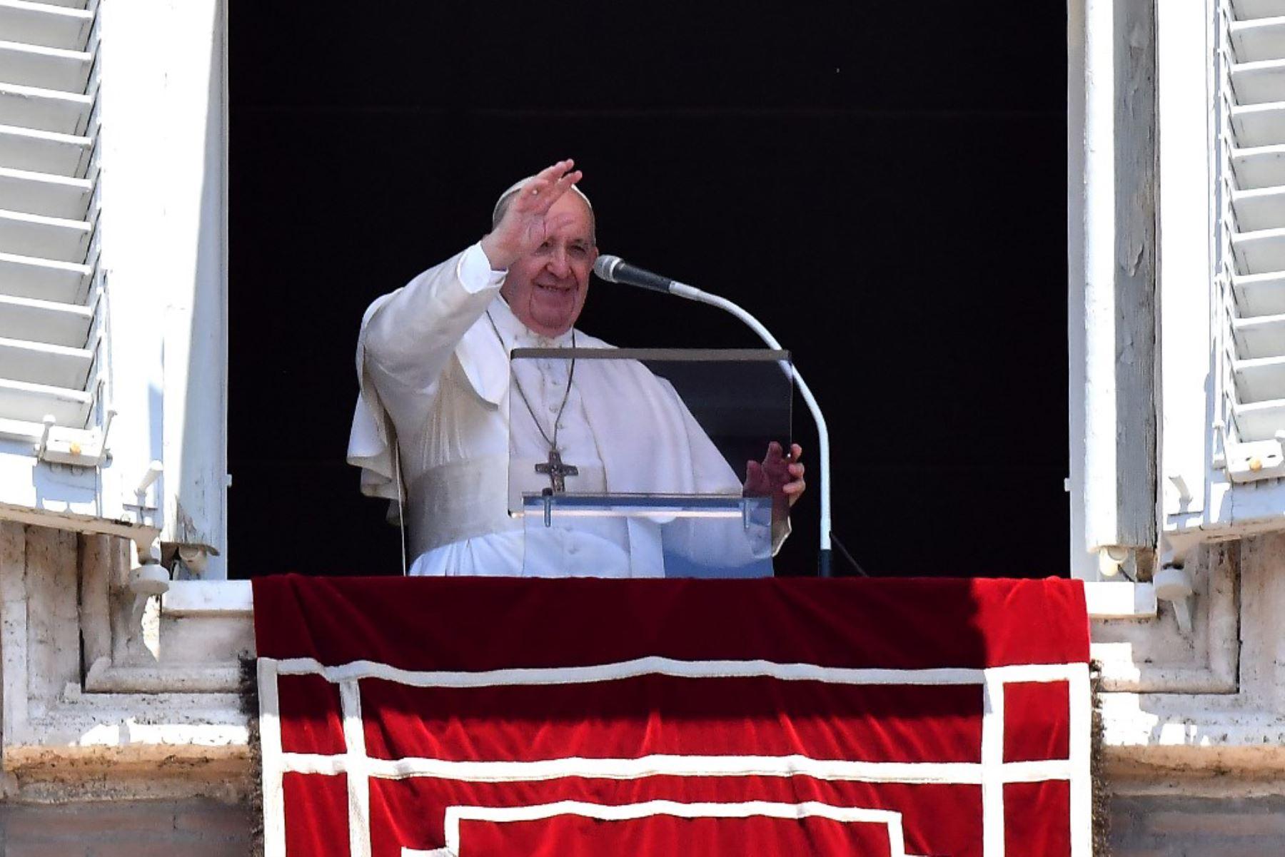 El Papa Francisco saluda a los fieles en la Plaza de San Pedro en el Vaticano, durante la oración semanal del Ángelus, mientras la ciudad-estado alivia su bloqueo para frenar la propagación del covid-19. Foto: AFP