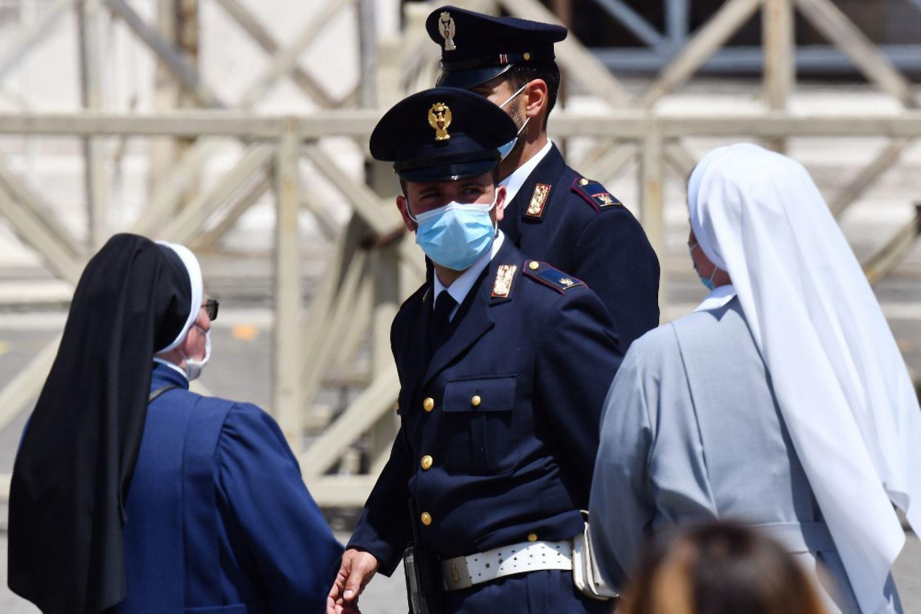 Medidas de seguridad en la Plaza de San Pedro en el Vaticano, durante la oración semanal del Ángelus, mientras la ciudad-estado alivia su bloqueo para frenar la propagación del covid-19. Foto: AFP
