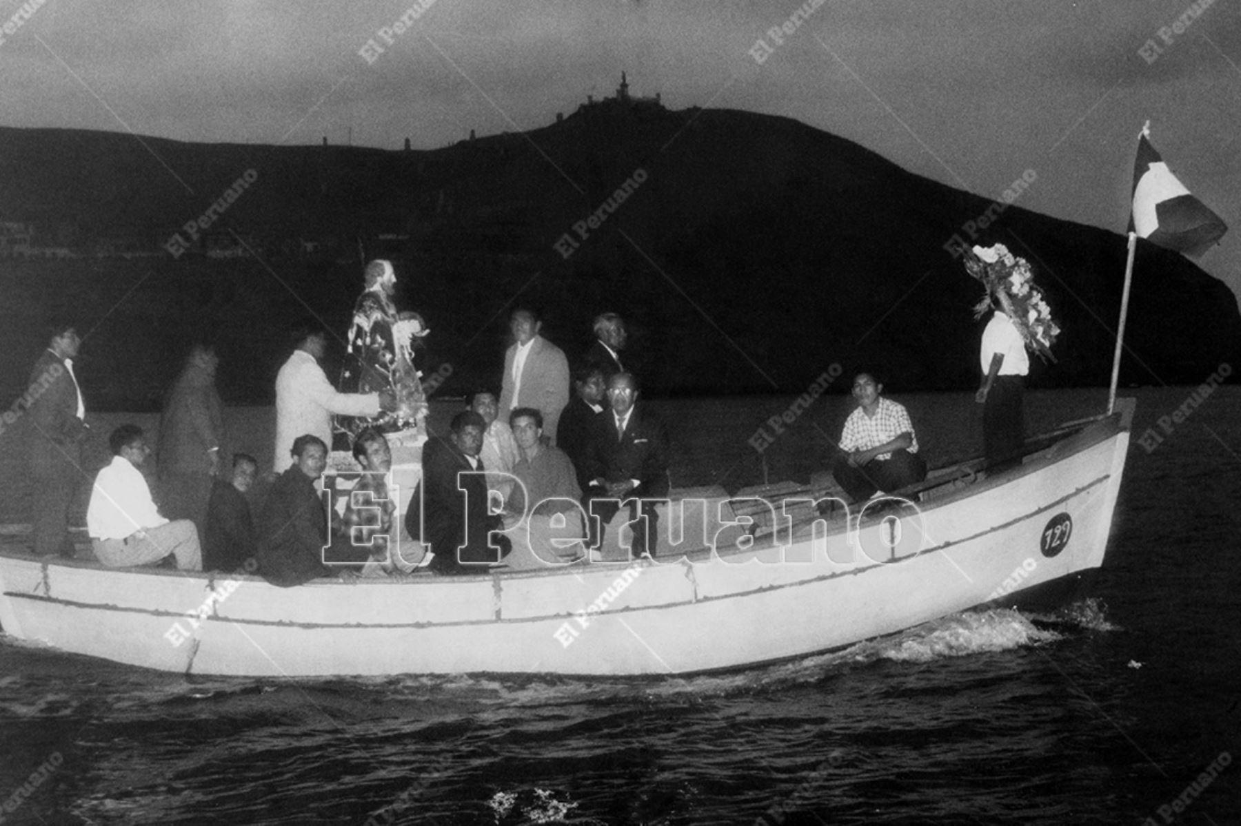 Lima - 29 junio 1957  / Procesión de San Pedro y Día del Pescador en el mar de Chorrillos.    Foto: Archivo Histórico de El Peruano / Alejandro Meza