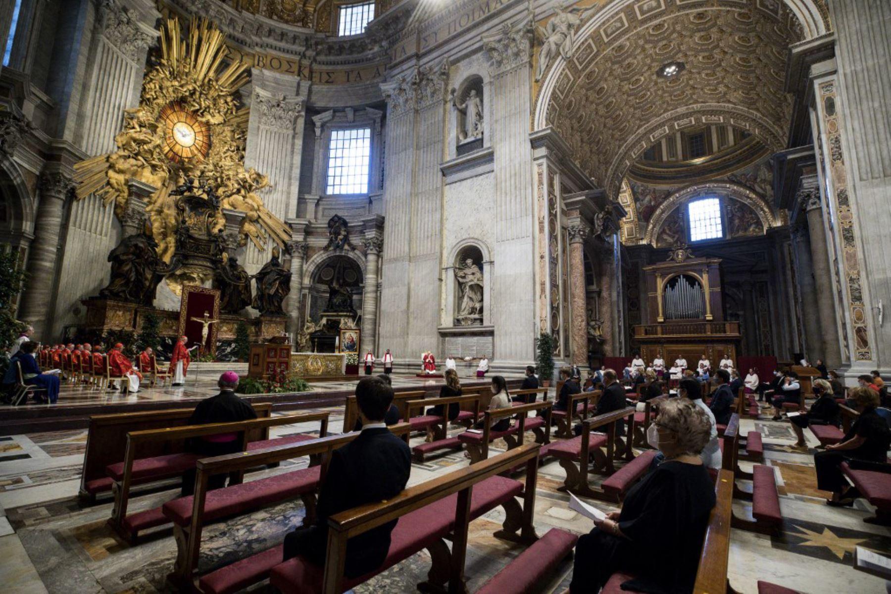 El Papa Francisco, durante la oración semanal del Ángelus, mientras que la ciudad-estado alivia su bloqueo para frenar la propagación del covid-19. Foto: AFP