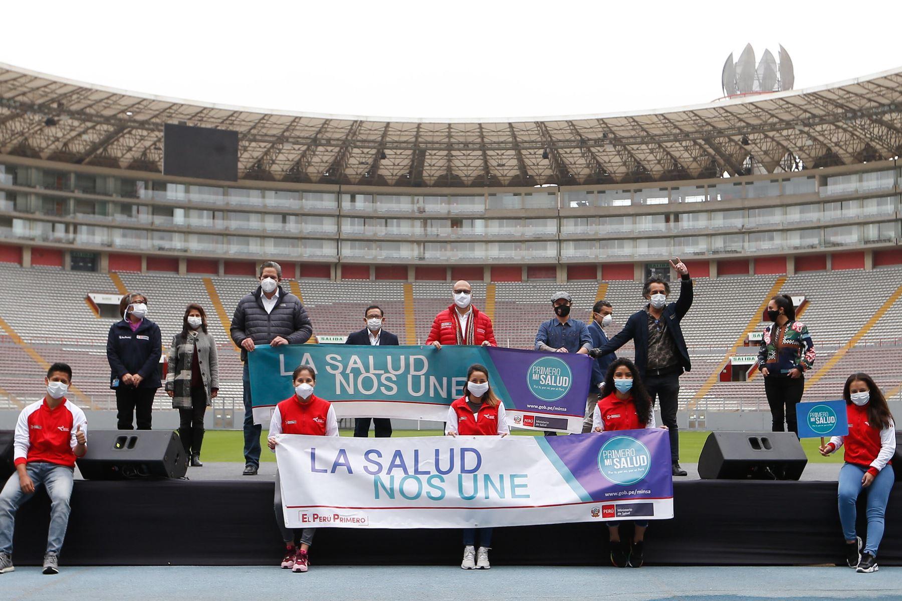 """Ministro de Salud Víctor Zamora presidió el lanzamiento de canción """"En Nuestras Manos"""" con los músicos Pelo Madueño y artistas invitados.  Foto: MINSA"""