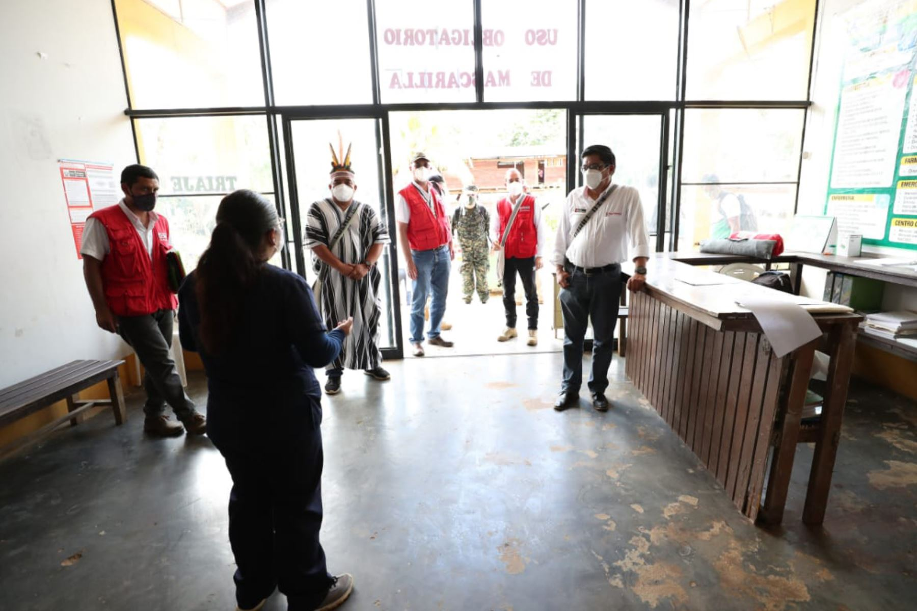 El titular de la PCM, Vicente Zeballos, hizo entrega de dos concentradores de oxígeno al Centro de Salud de Poyeni, así como alimentos al jefe de la Comunidad, Antonio Ricardo Simón. Son más de 1500 ciudadanos de Poyeni beneficiados con esta jornada cívica.  Foto:ANDINA/PCM.