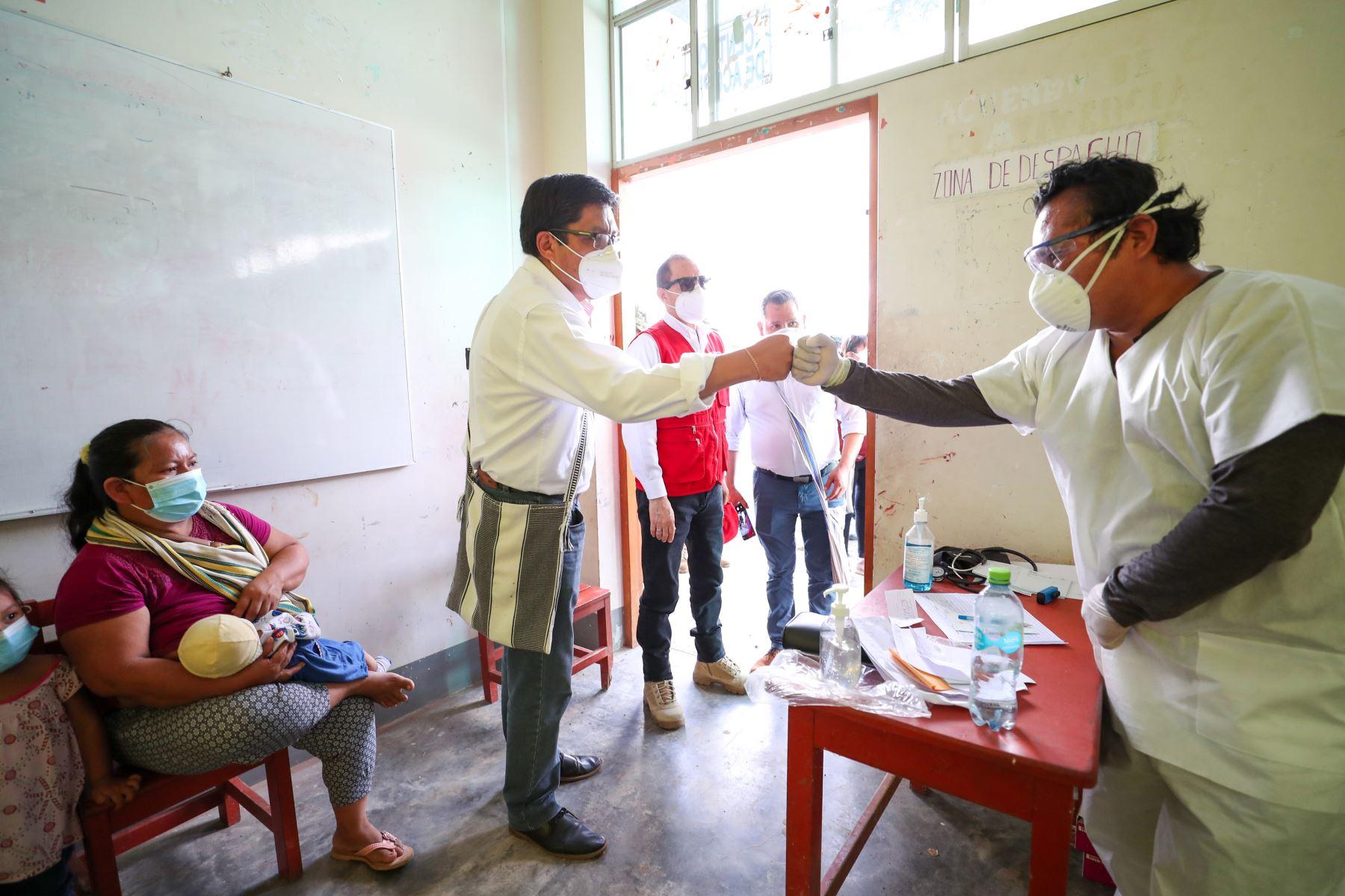 El titular de la PCM, Vicente Zeballos, hizo entrega de dos concentradores de oxígeno al Centro de Salud de Poyeni, así como alimentos al jefe de la Comunidad, Antonio Ricardo Simón. Son más de 1500 ciudadanos de Poyeni beneficiados con esta jornada cívica.  Foto:ANDINA/PCM