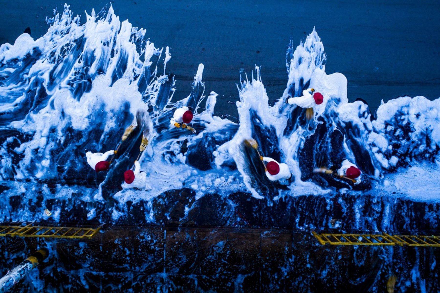 'Guerreras con escobas', fotografía de Denis Mayhua.