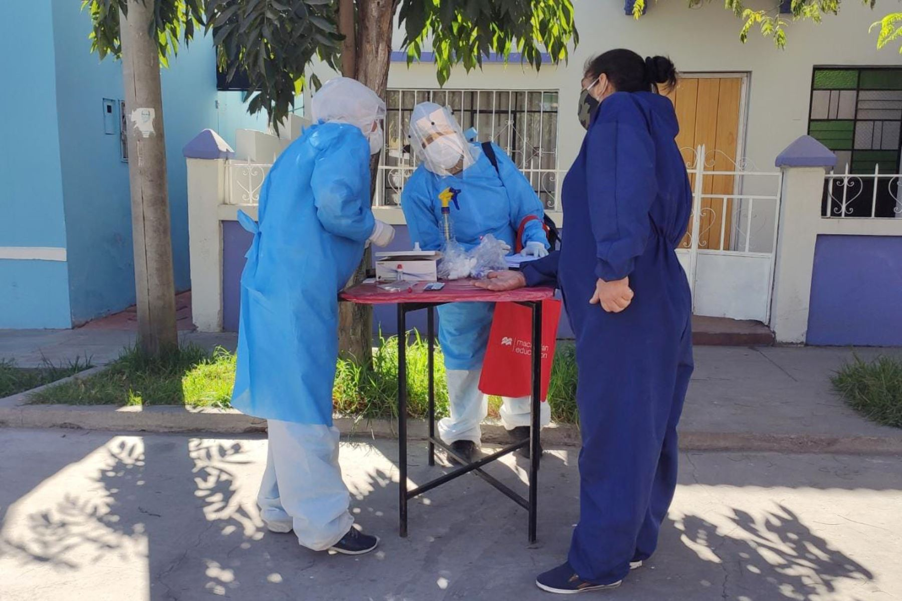 """Personal de salud de Arequipa participa en el programa """"Barrio libre de coronavirus"""", que visita casa por casa para detectar pacientes covid-19. Foto: Gobierno Regional de Arequipa"""