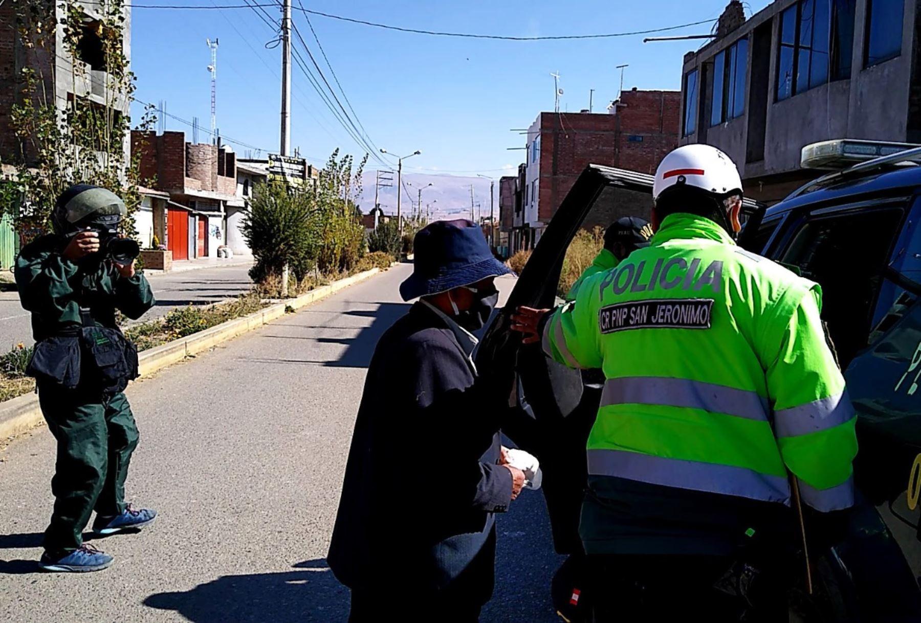 Policía de Huancayo detuvo a tres personas que querían celebrar fiesta patronal de San Pedro violando la medida de aislamiento social obligatorio decretado para evitar la propagación del coronavirus. ANDINA/Difusión