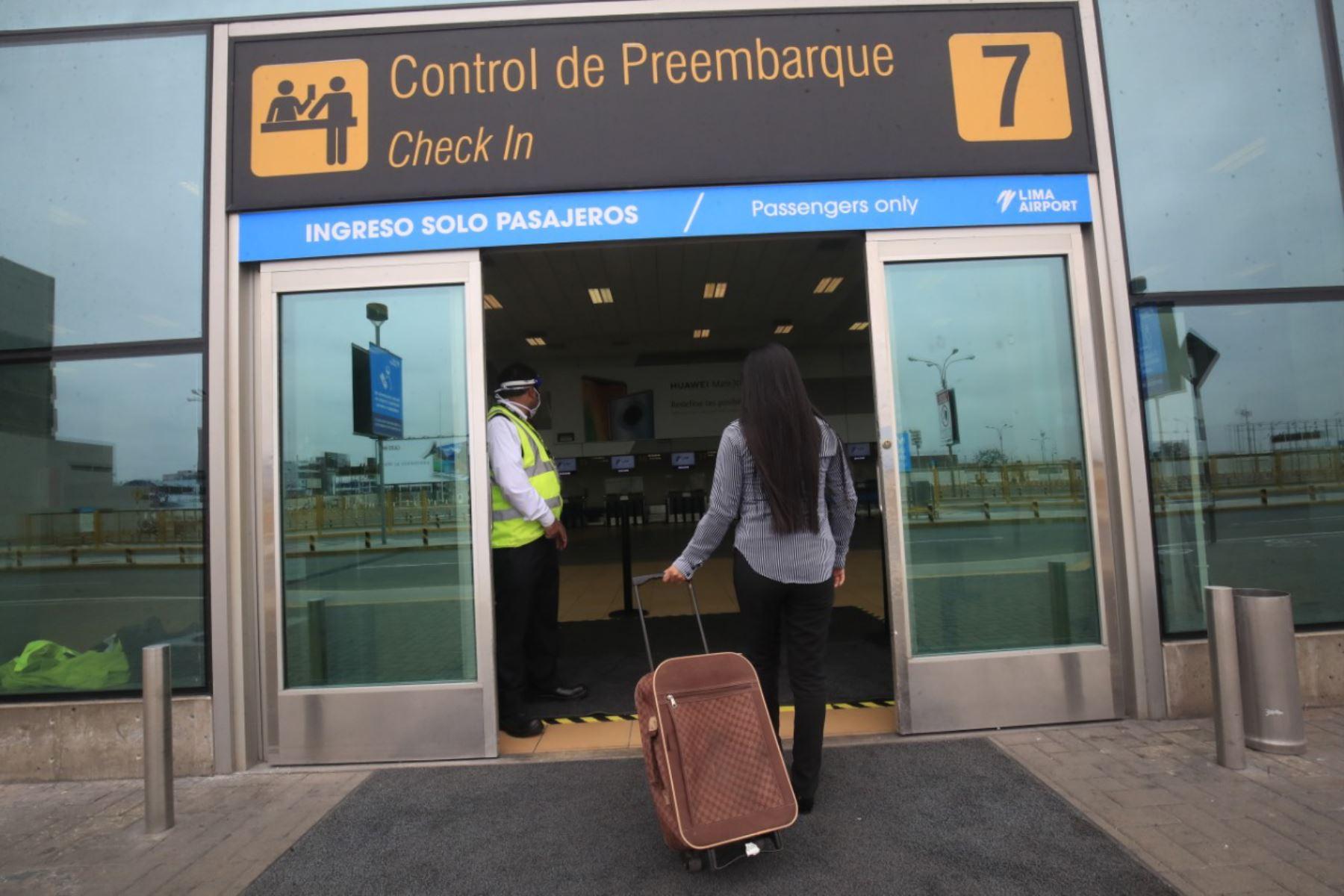 Las personas que viajen dentro del país ya no cumplirán un periodo de cuarentena una vez que se reanuden los vuelos, anunció el Ministerio de Salud. ANDINA/Juan Carlos Guzmán