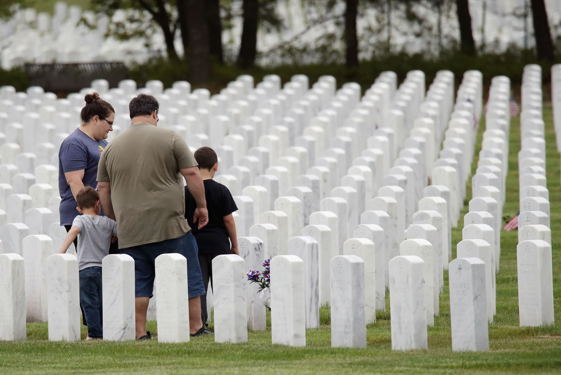 La familia Sperandio visita la tumba del abuelo fallecido por coronavirus en el Cementerio Nacional de Calverton en Wading River, Nueva York. Foto: AFP