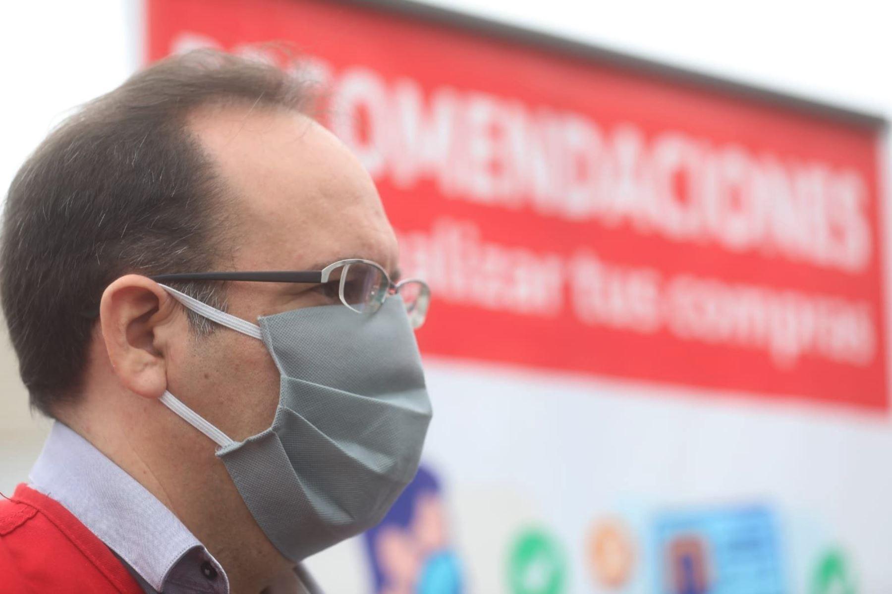 Viceministro de Mype e Industria, José Salardi  y el alcalde de Lima, Jorge Muñoz, participan   en la presentación de medidas de bioseguridad de comerciantes autorizados para laborar en la vía pública. Foto: Ministerio de la Producción