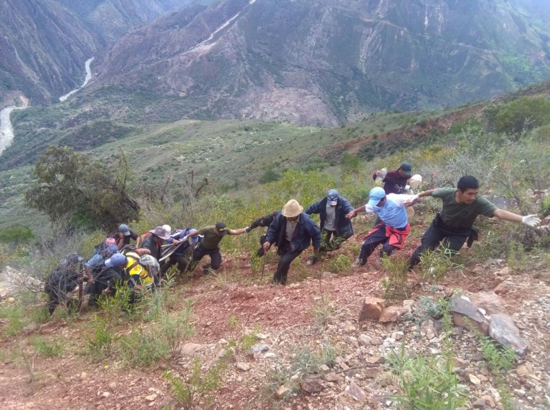 Cuatro personas mueren luego que el vehículo en que se transportaban cayera a un abismo en la sierra de Áncash.
