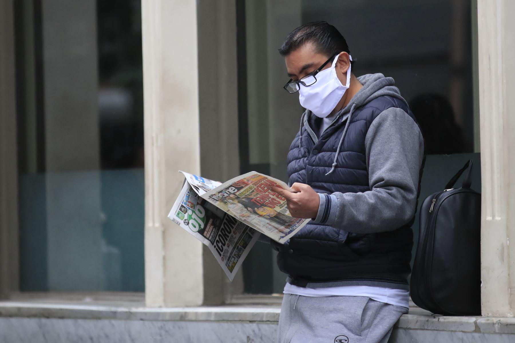 Un hombre lee un diario local durante el primer día de cuarentena focalizada en Lima. Foto: ANDINA/ Juan Carlos Guzmán