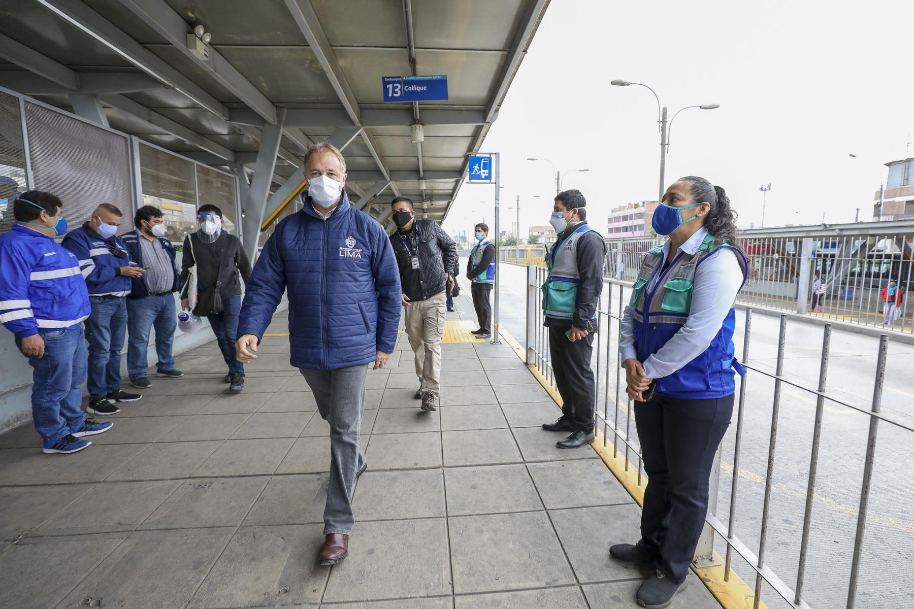 El alcalde de Lima, Jorge Muñoz, llegó esta mañana a la Estación Naranjal del Metropolitano para supervisar el correcto funcionamiento durante primer día tras levantarse la cuarentena en la capital. Foto: ANDINA/Municipalidad de Lima