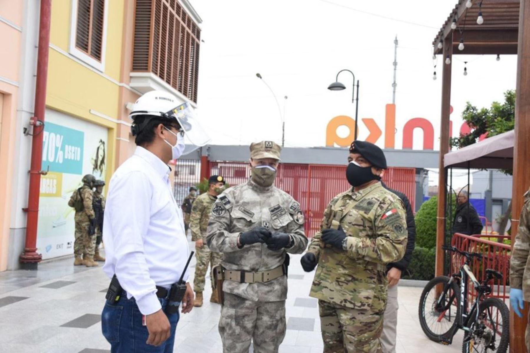 El Jefe del Comando de las Fuerzas Armadas y el  Comandante General de la Marina, realizaron una visita inopinada al CC. Minka, para controlar los aforos públicos, como parte de las nuevas medidas durante el Estado de Emergencia. Foto:Marina de Guerra