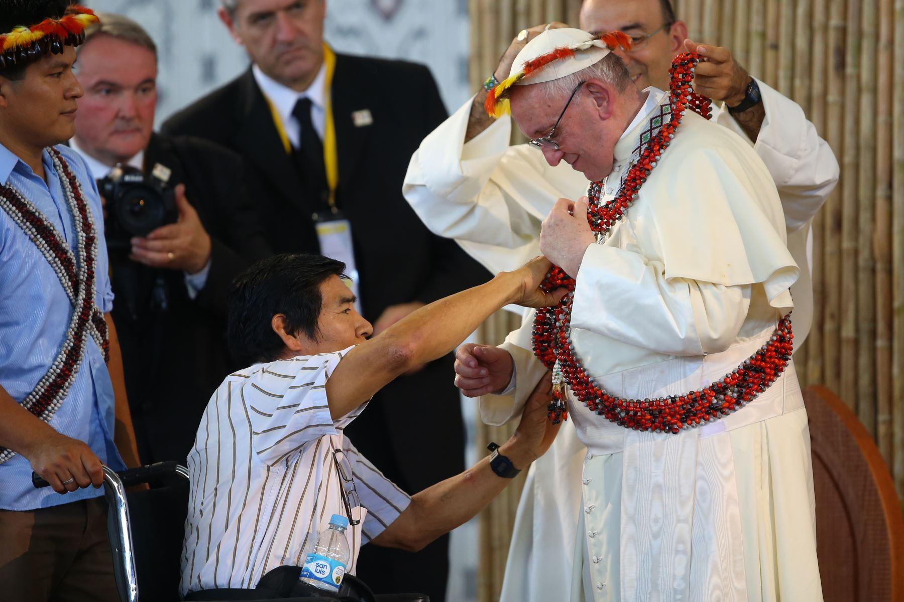 El líder awajún Santiago Manuin se acercó al papa Francisco durante un encuentro con las comunidades indígenas en Madre de Dios. Foto: ANDINA/Juan Carlos Guzmán