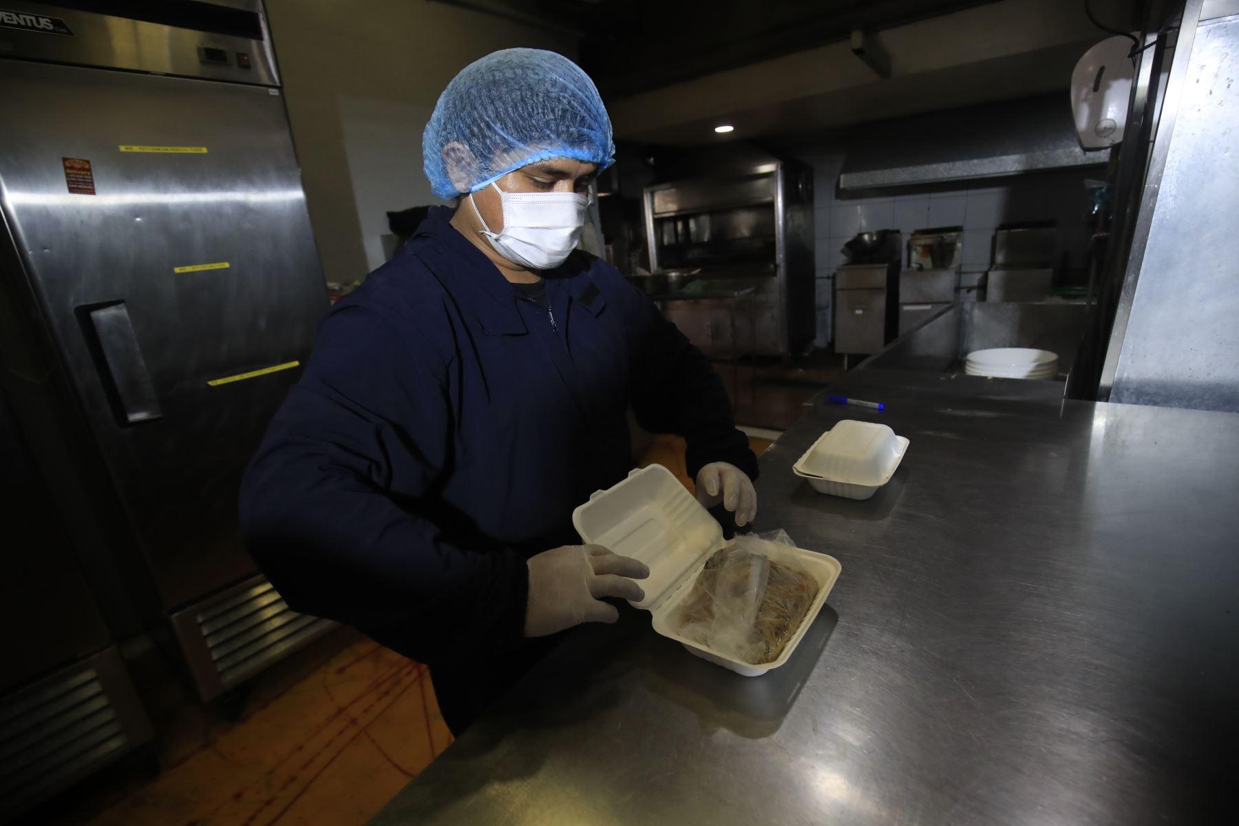 """Restaurant pollería """" Hikari """"  reanuda sus actividades económicas, cuidando los protocolos   sanitarios,  en el marco de la implementación de la fase 3 mediante el Decreto Supremo 117-2020-PCM  promulgada  para combatir el covid – 19. Foto: ANDINA/Juan Carlos Guzmán"""