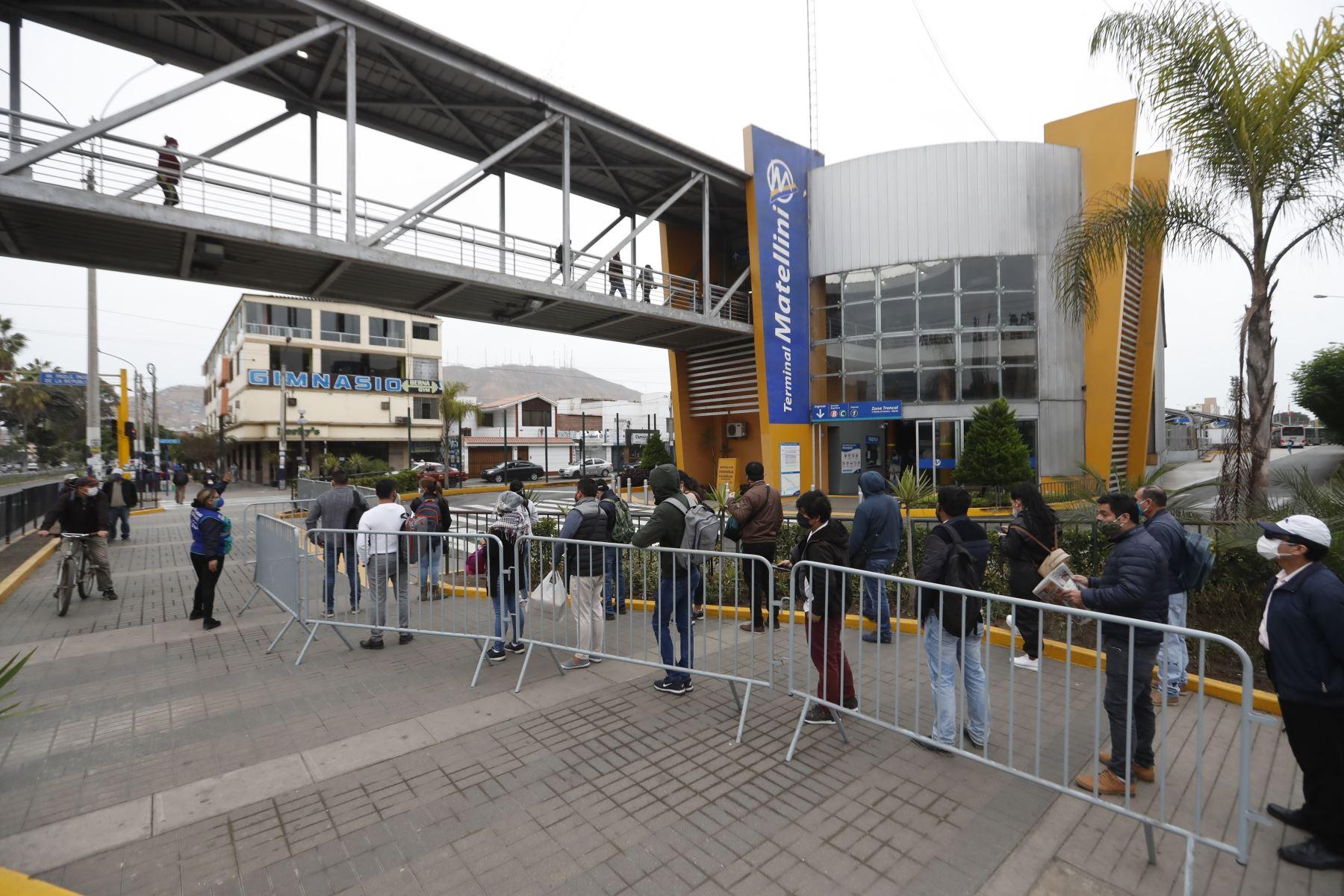 Ciudadanos acuden a sus centros de labores en el segundo día de culminada la cuarentena, muchos acuden a la estación Matellini  del terminal sur del Metropolitano en Lima Foto: ANDINA/Renato Pajuelo
