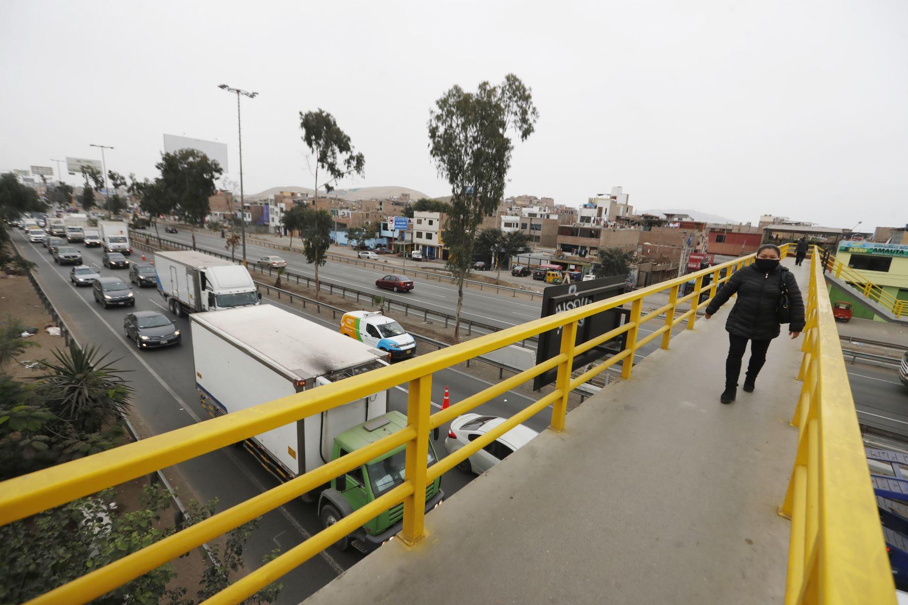 Ciudadanos acuden a sus centros de labores en segundo día de culminada la cuarentena. Foto: ANDINA/Renato Pajuelo