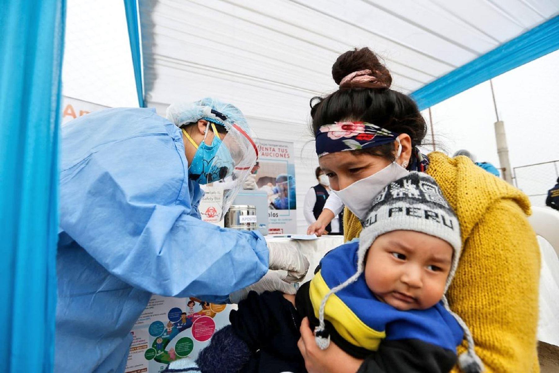 El Ministerio de Salud brinda vacunación, tamizaje de anemia y descarte de Covid-19 a niños, gestantes y adultos mayores del asentamiento humano Lomas de Amauta de Ate. Foto: MIinsa,